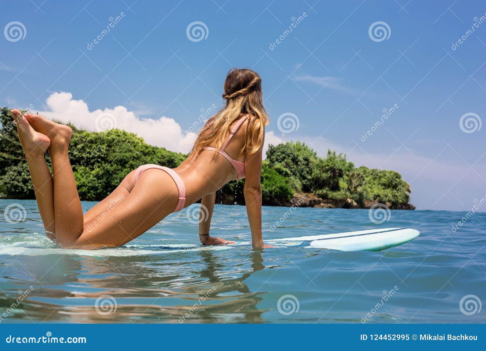 Seksowna surfingowiec dziewczyna z longboard kipielą