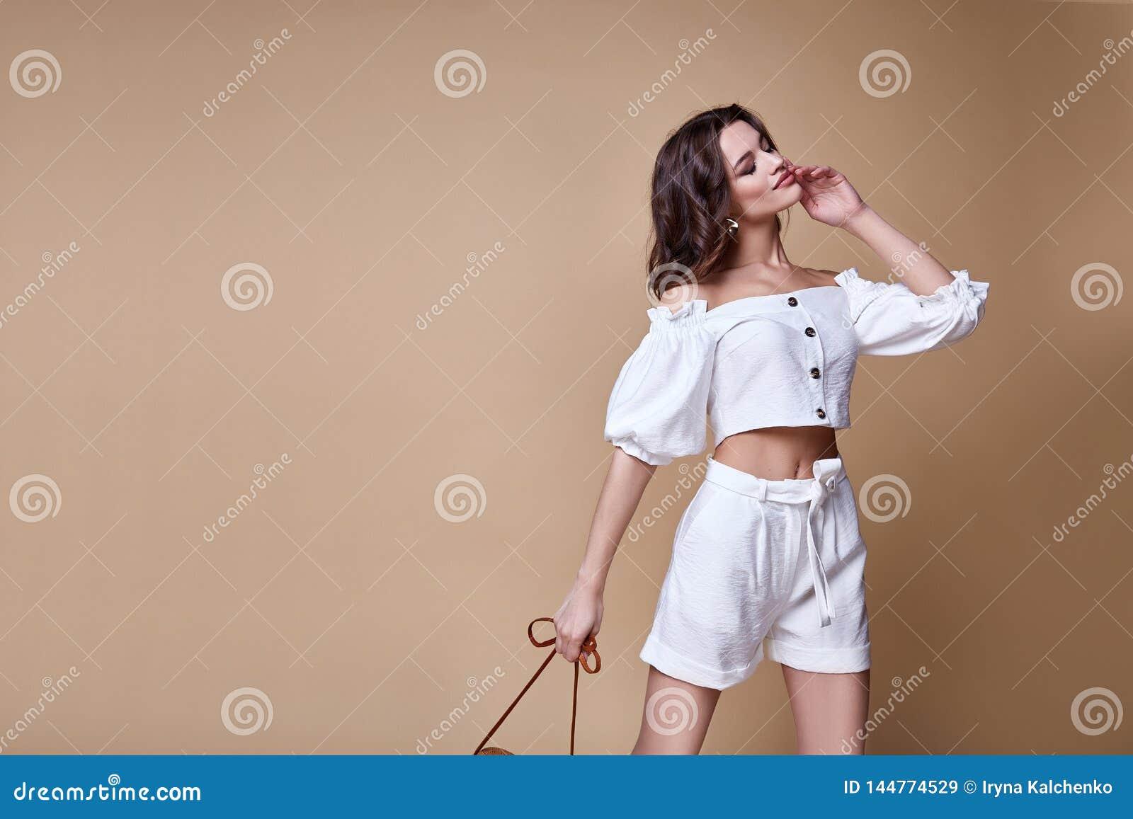 Seksownej pięknej kobiety mody splendoru modela brunetki makeup odzieży włosianej bluzki spodniowi chuderlawi skróty odziewaj