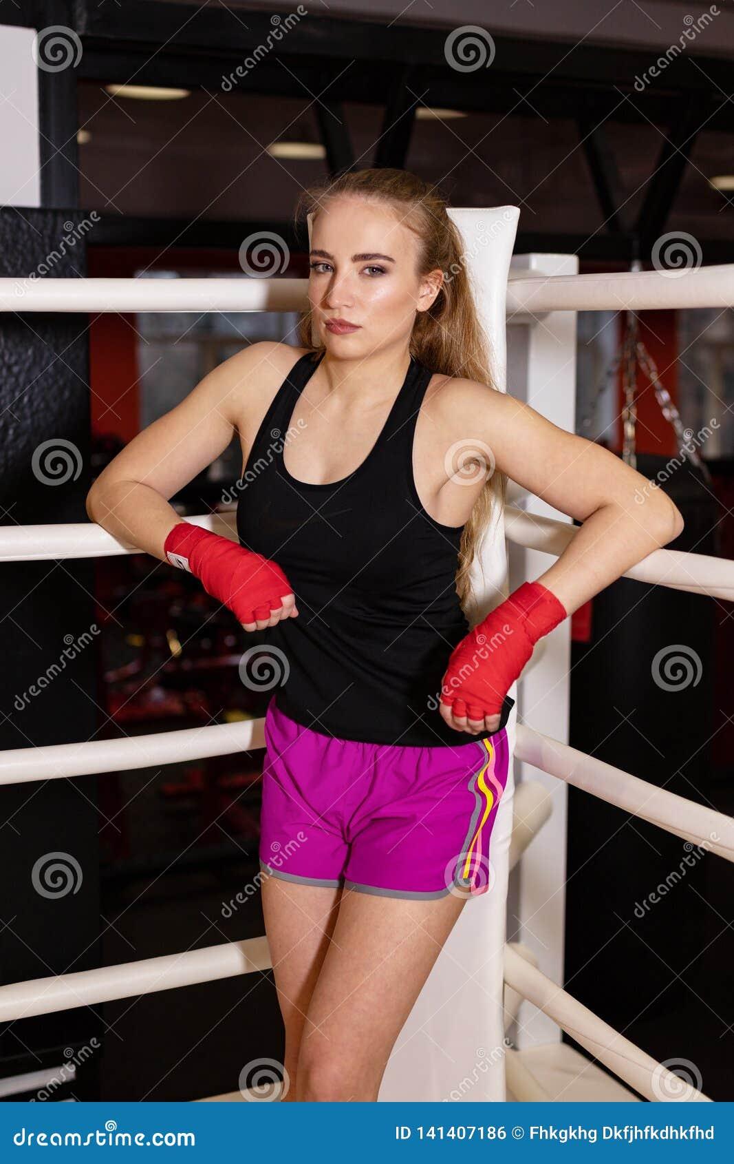 Seksowni bokserscy dziewczyna stojaki opierali na arkanach rywalizacja pierścionek Modny portret luksusowy kobieta model