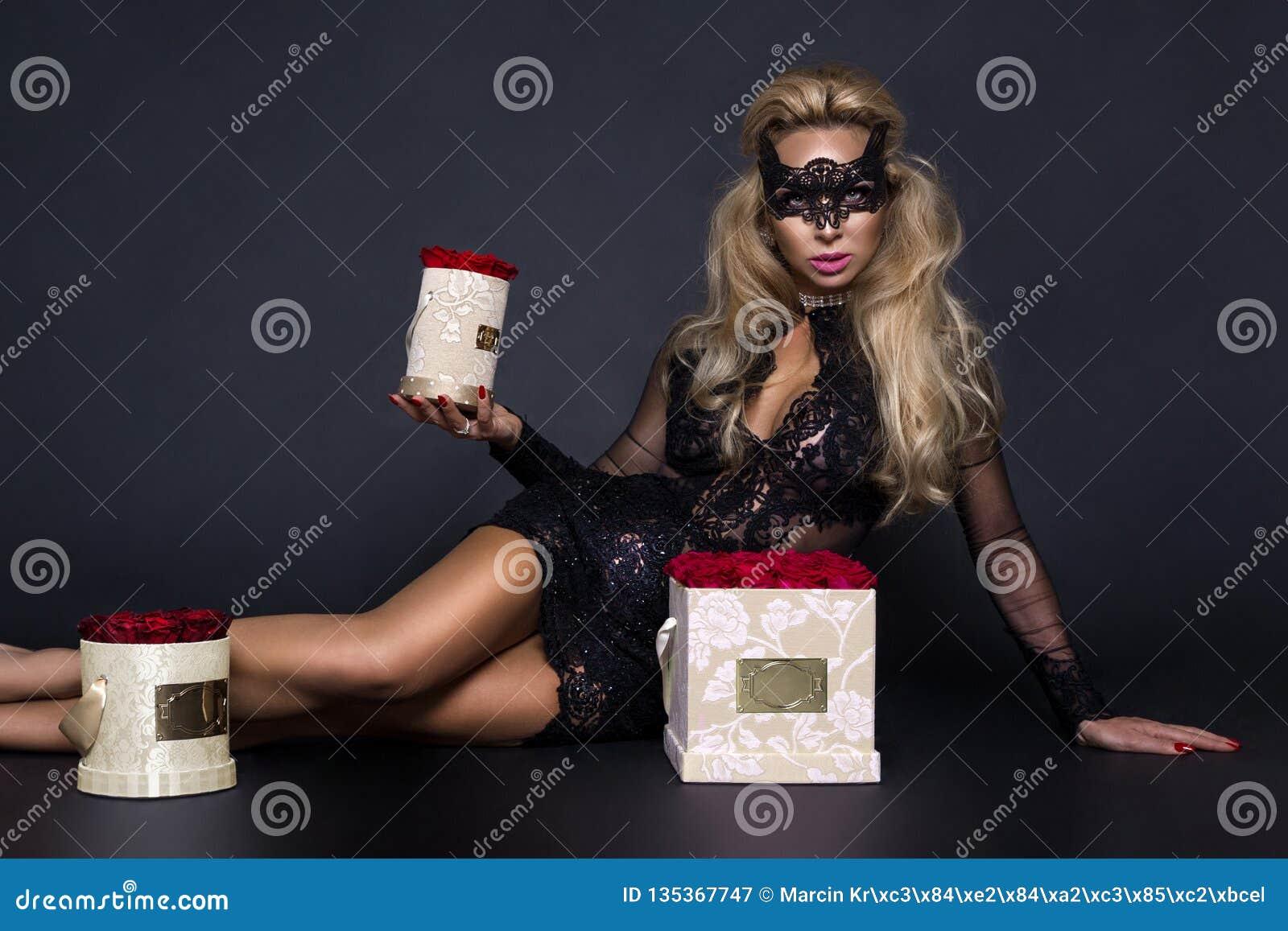 Seksowni piękni blondyny modelują w eleganckiej sukni trzyma prezent, kwiatu pudełko z różami prezenta valentine s