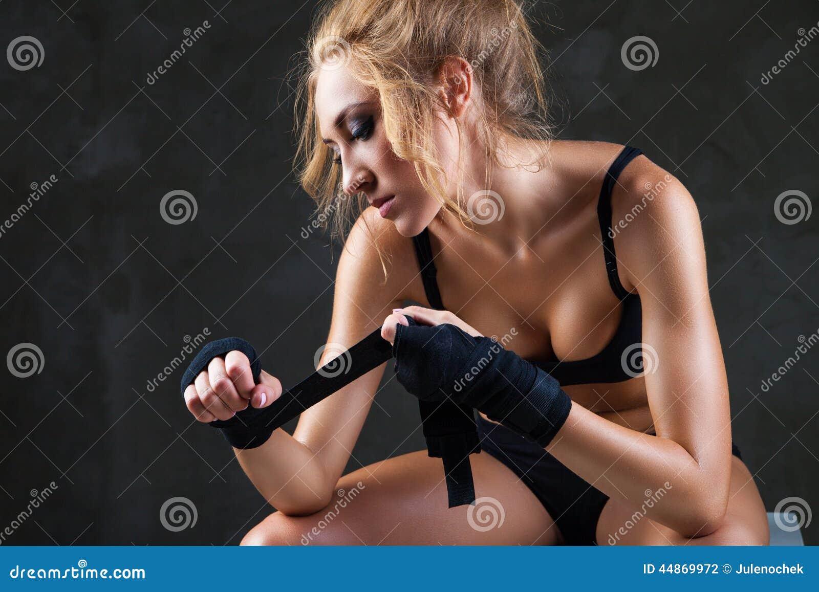 Seksowny i dysponowany kobiety narządzanie dla trenować
