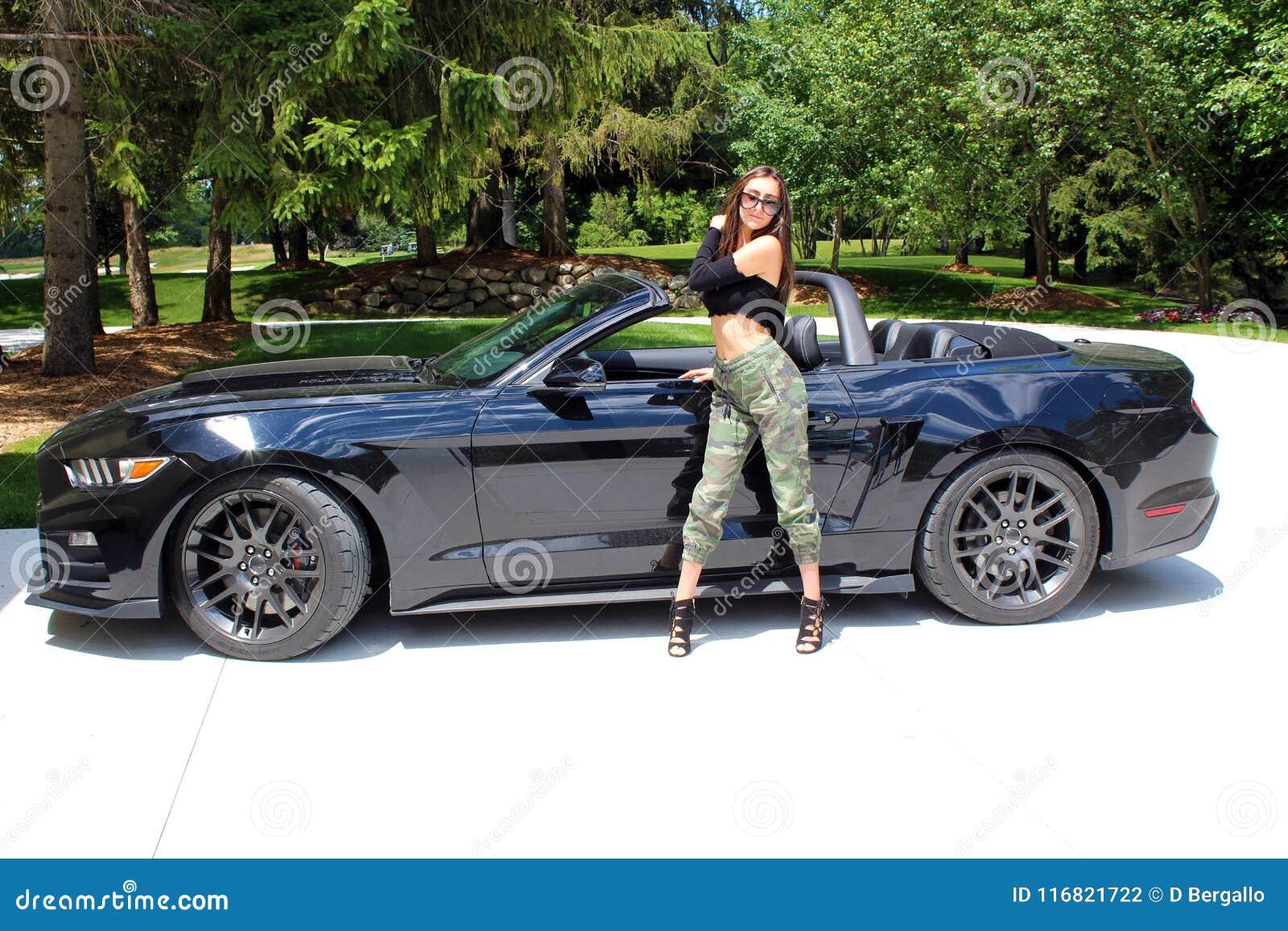Seksowny model w sportowy samochód pięknej dziewczynie z Ford mustanga Roush sceny 3 900 HP końskiej władzy mięśnia samochodem