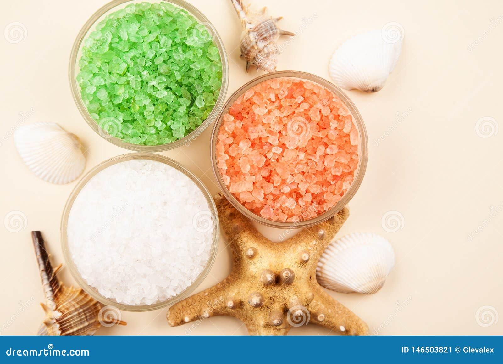 Sel de mer rouge, verte et blanche dans des conteneurs en verre avec des coquillages et des ?toiles de mer