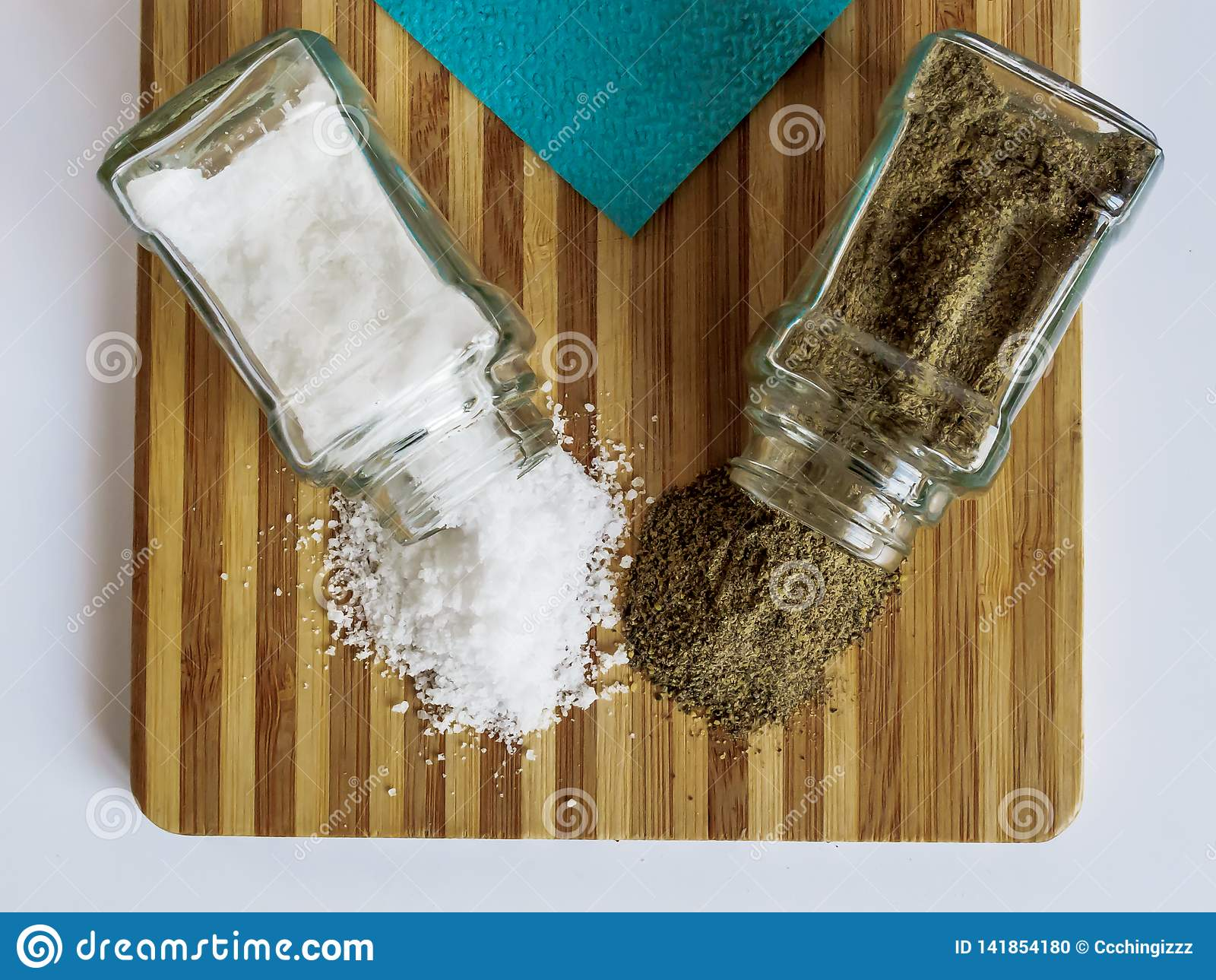 Sel et poivre dispersés des dispositifs trembleurs de sel en verre et des dispositifs trembleurs de poivre sur une planche à déco