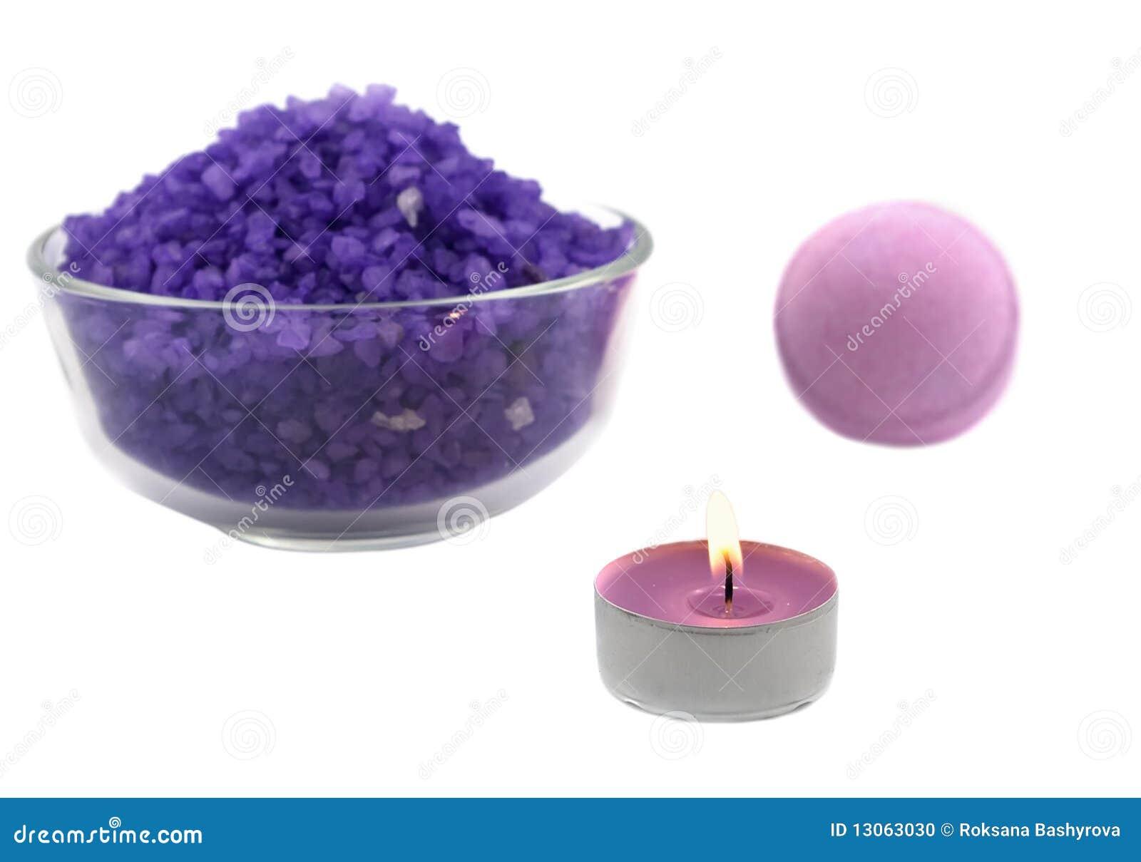 Sel violet avec la bille de bougie et de bain