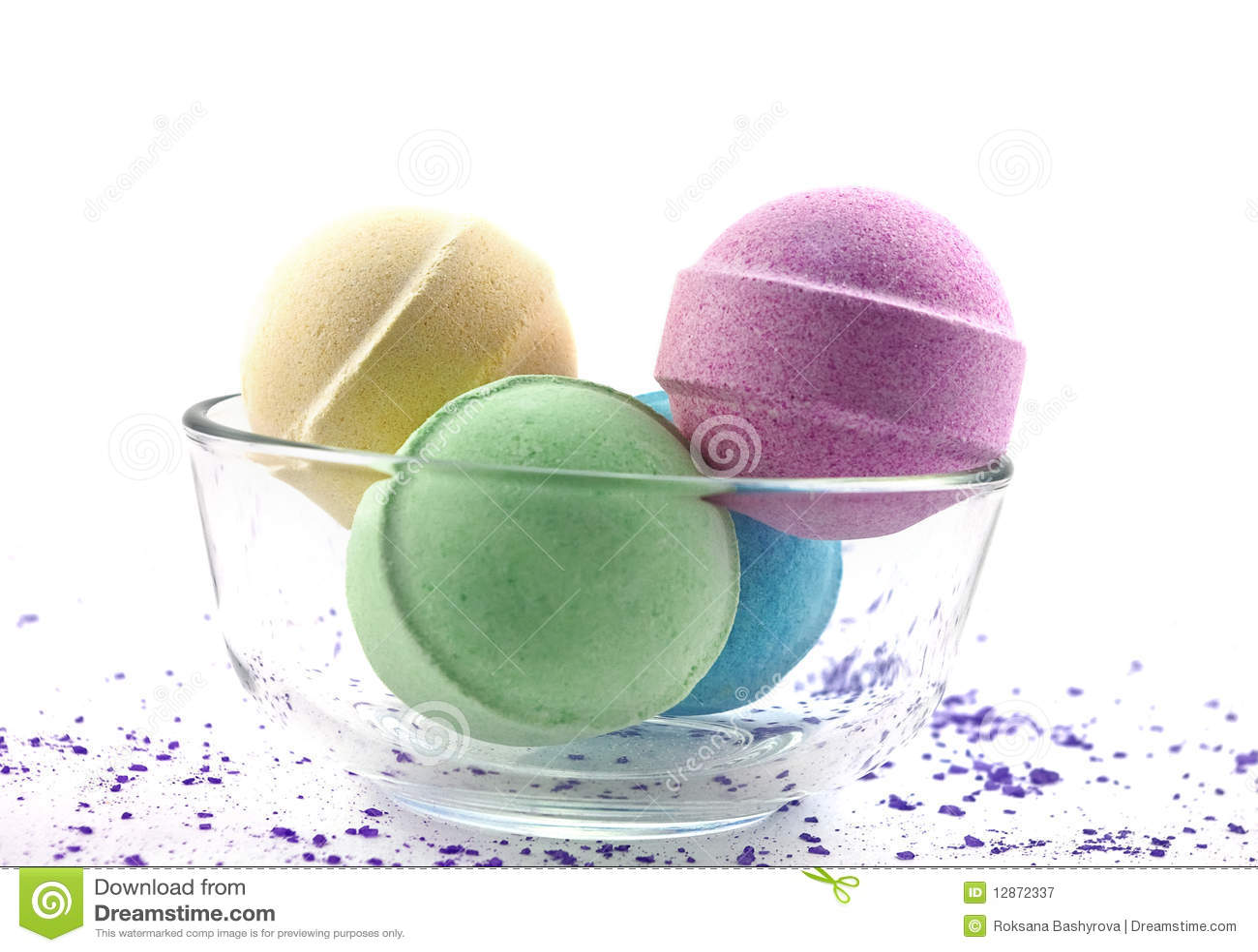 Sel violet et billes multicolores de bain