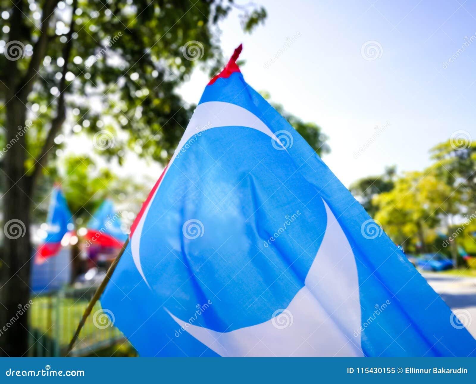 SELANGOR, МАЛАЙЗИЯ - 28-ое апреля 2018: флаги и знамена политических партий которые будут участвовать в ` s 14-ом Малайзии общем