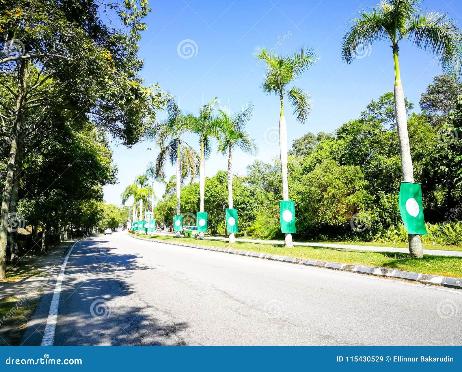 SELANGOR, MALÁSIA - 28 de abril de 2018: as bandeiras e as bandeiras dos partidos políticos que participarão no ` s 14o de Malási