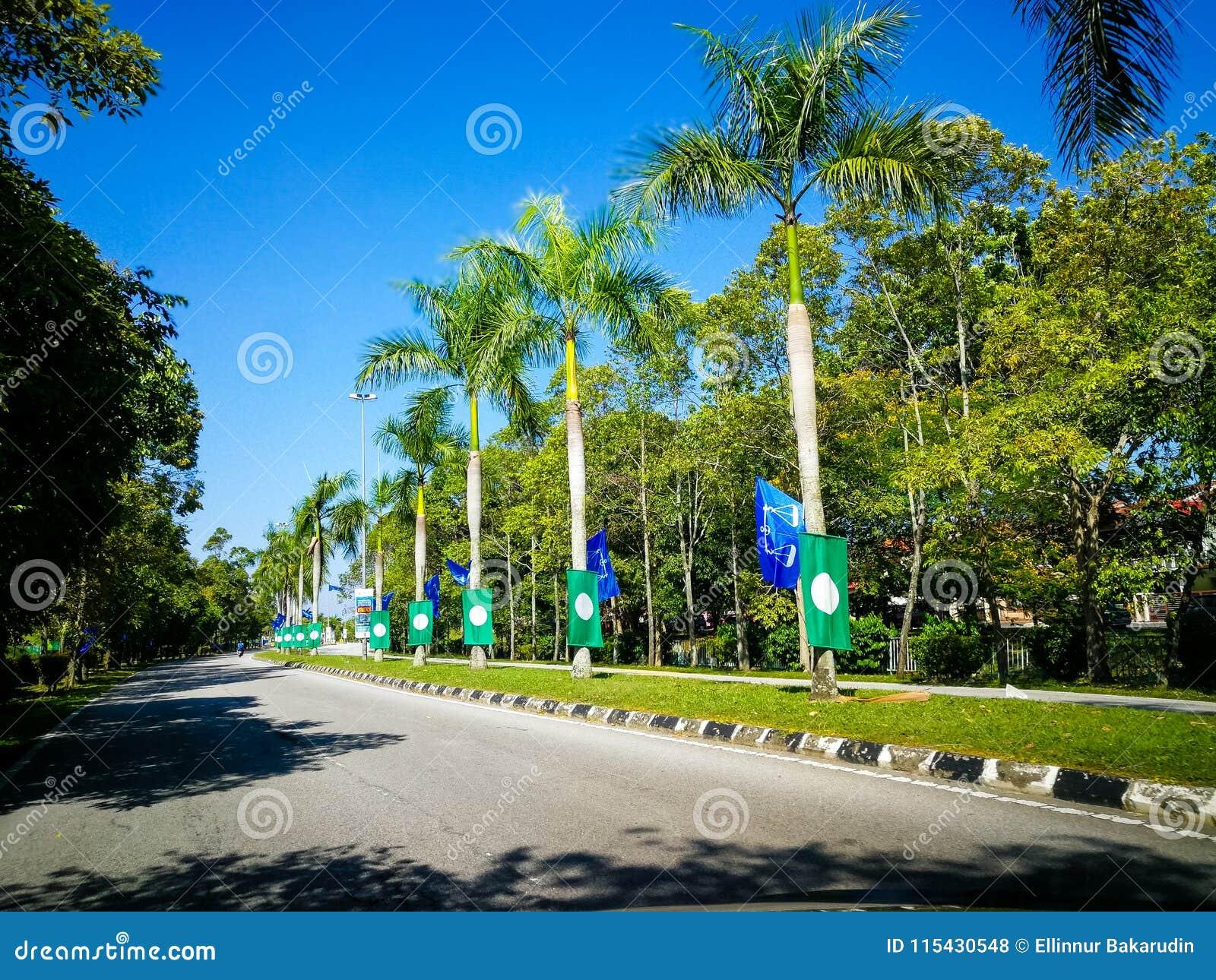 SELANGOR, MALEZJA - 28 2018 Kwiecień: flaga i sztandary partie polityczne które uczestniczą w Malezja ` s 14th Ogólnym elekcie