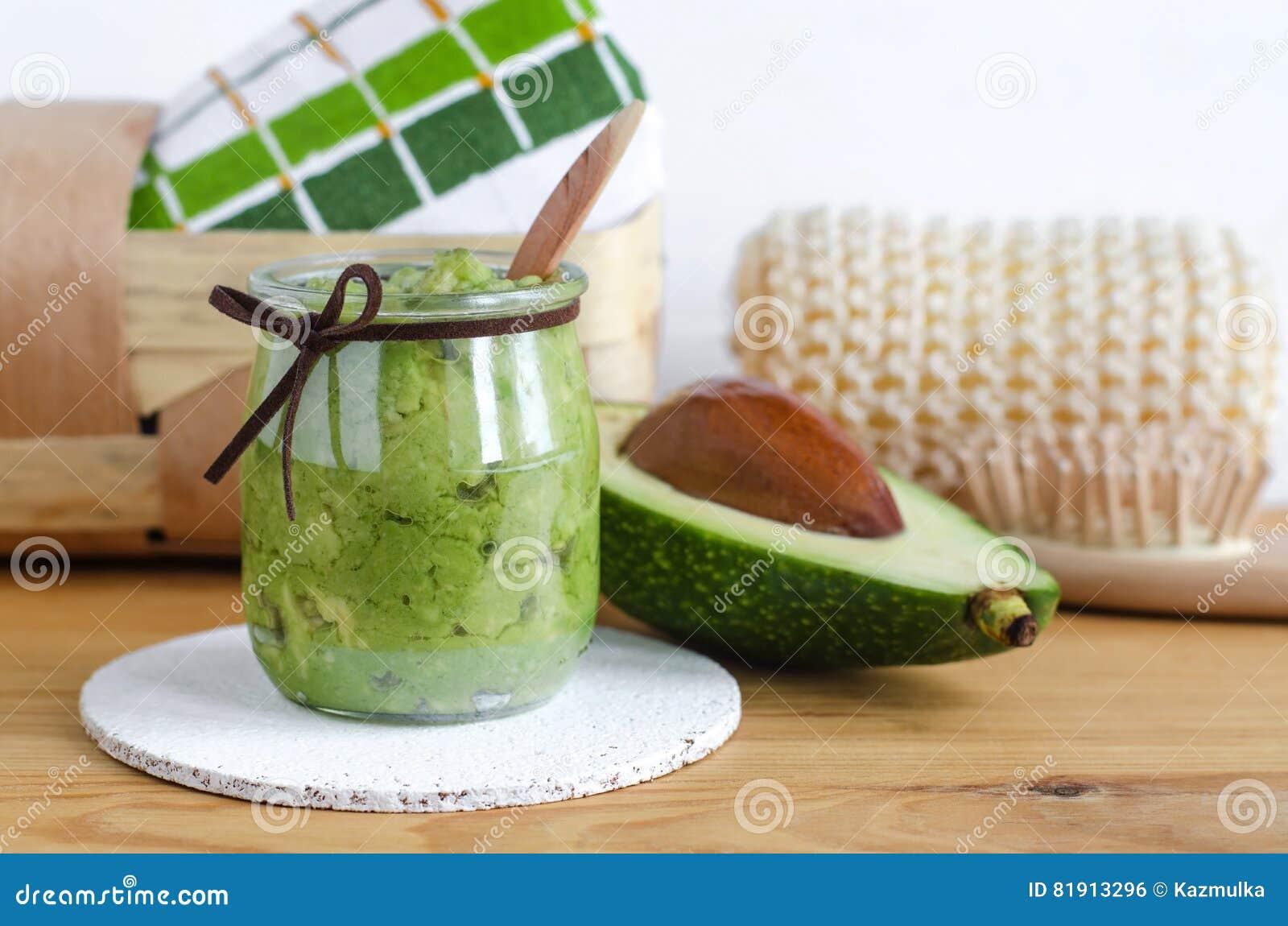 Selbst gemachte Avocadomaske Vorbereitet aus gestampfter Avocado und Olivenöl Diy-Kosmetik