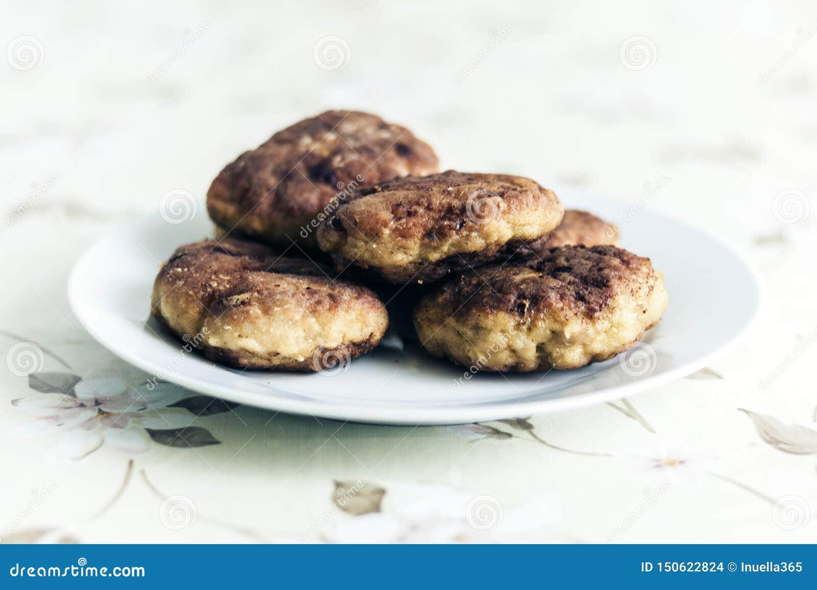 Selbst gemachte gebratene Hackfleischkoteletts auf wei?er Platte, traditioneller ukrainischer Teller