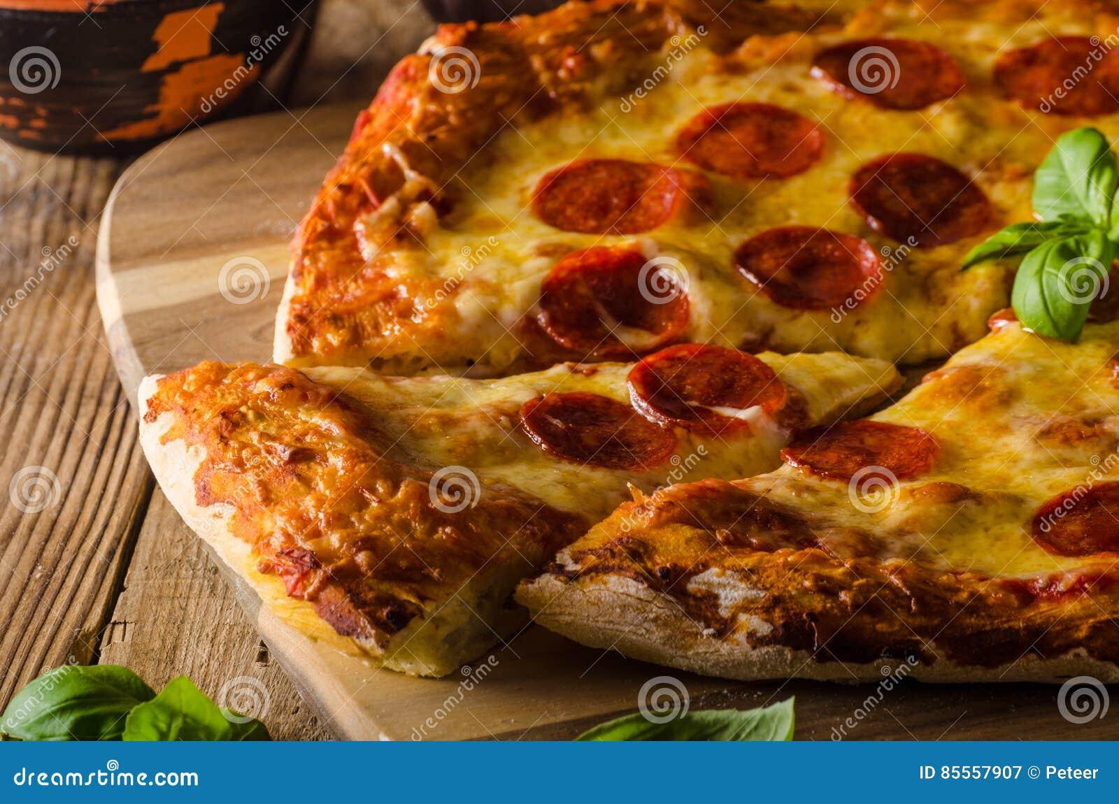 Selbst gemachte Käsepizza mit Salami