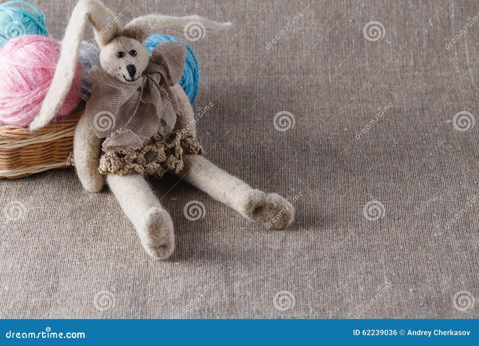 Selbst gemachte tilda Puppe und farbige Schlaufe, in zurückgezogen