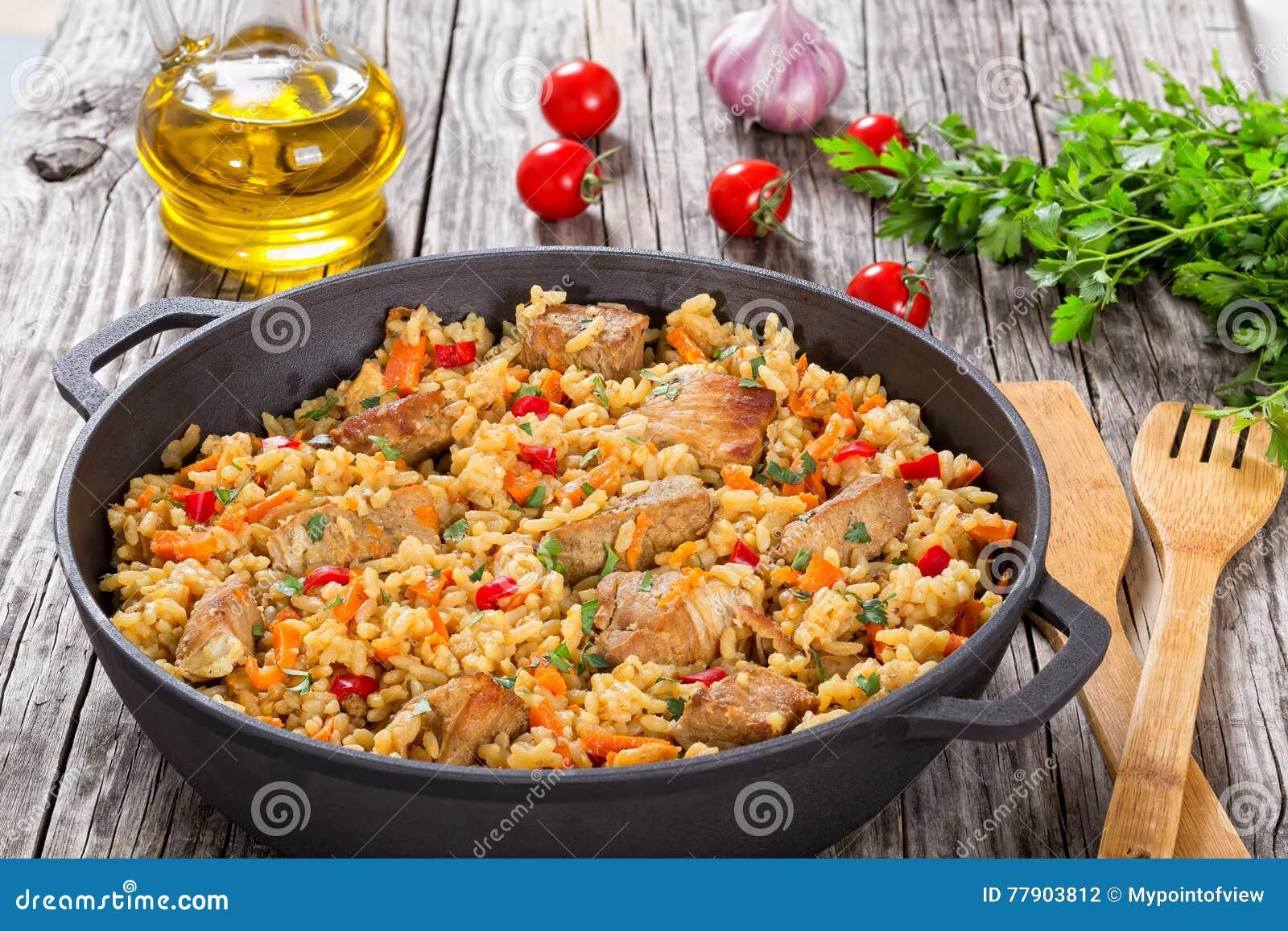 Selbst gemachte zugebereitete Paella mit Fleisch, Pfeffer, Gemüse