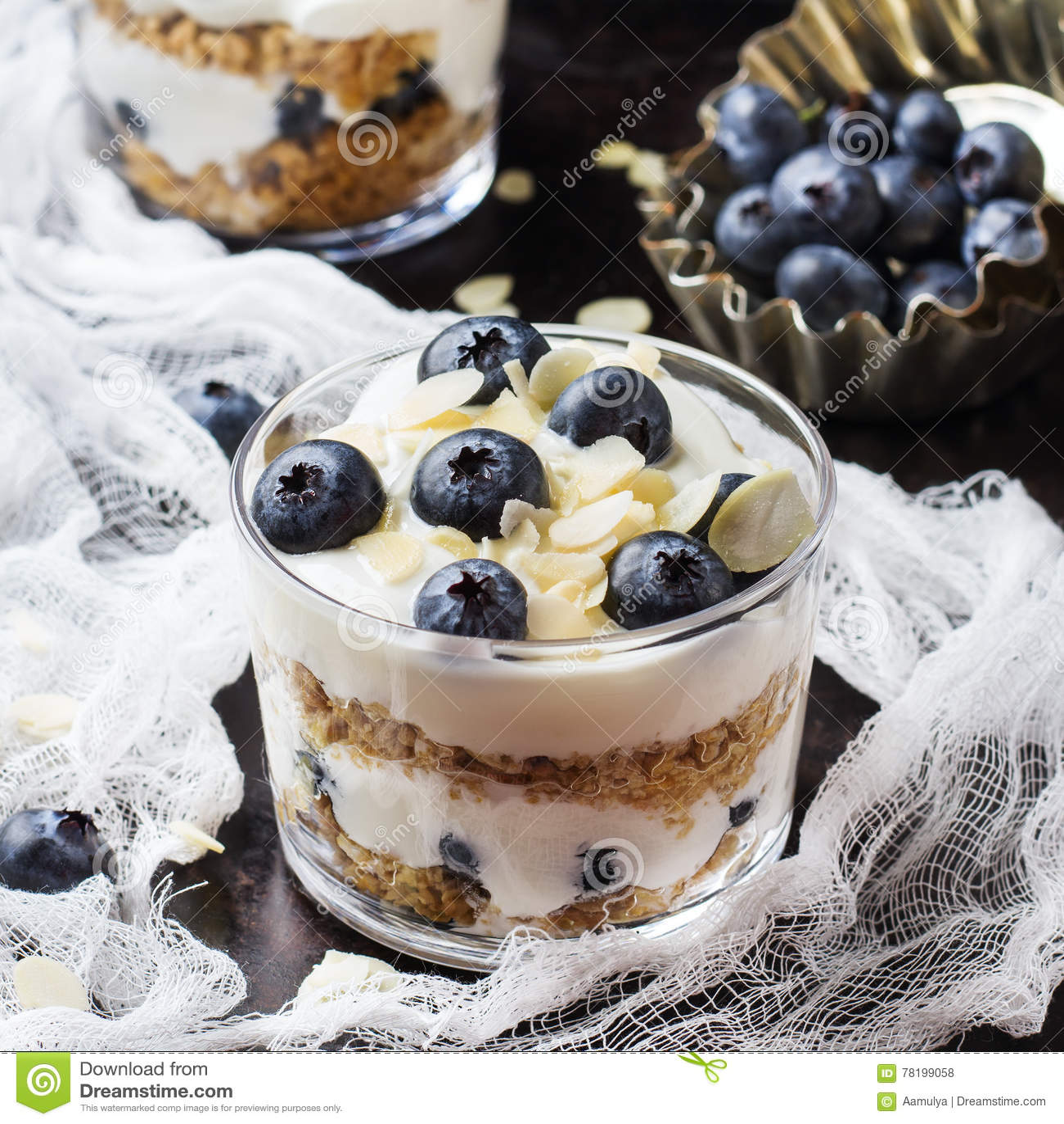 Selbst gemachter Jogurt mit Granolamuesli und -blaubeeren