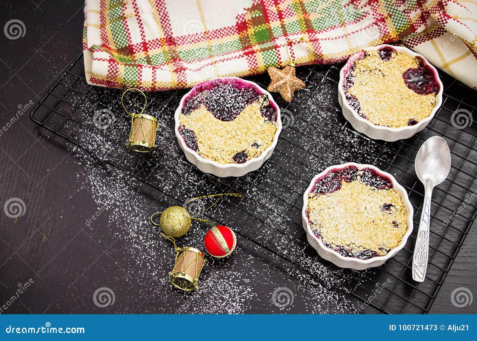 Selbst gemachter köstlicher Krümel mit Beeren in eingeteilter Einzelperson