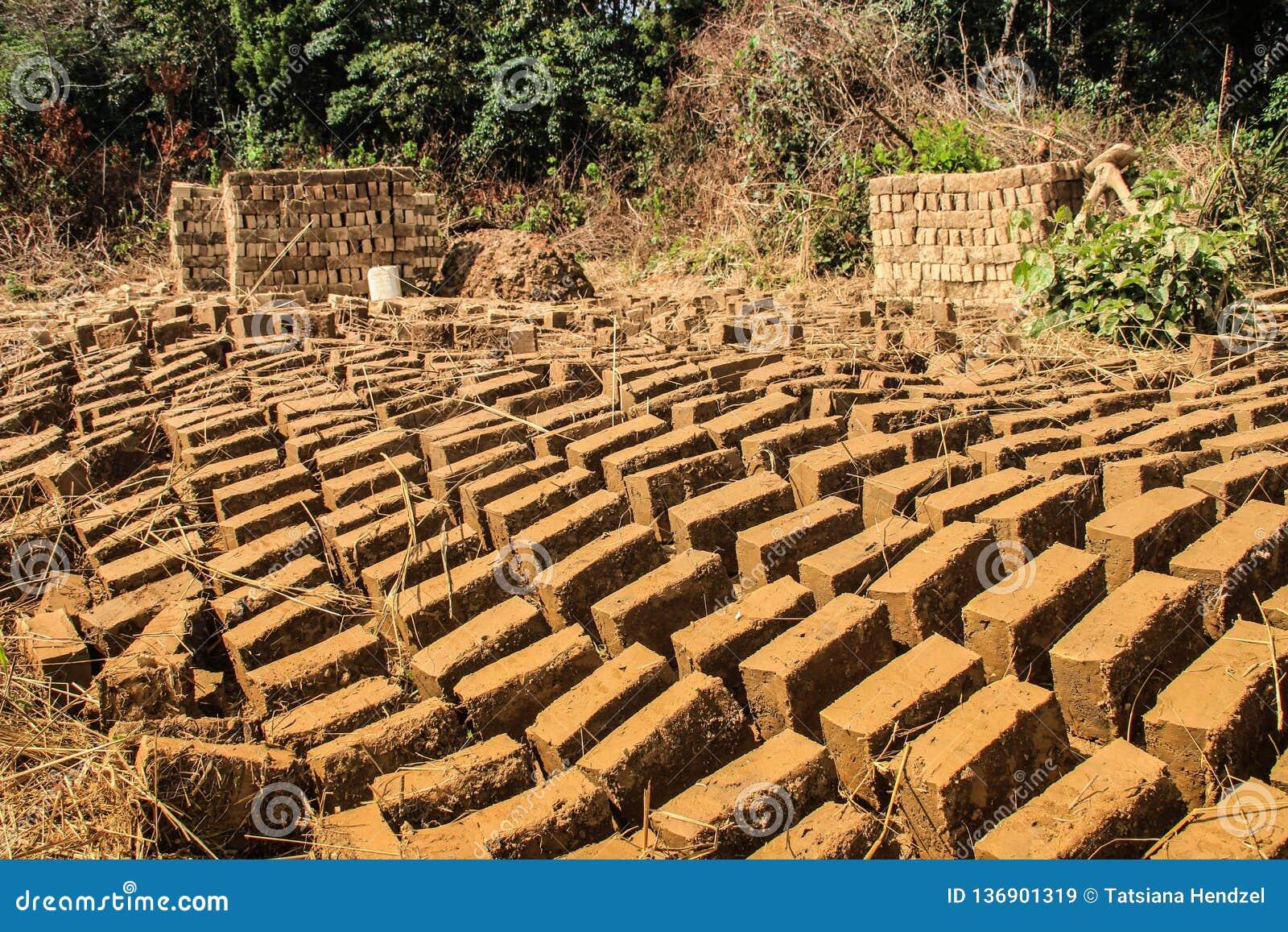 Selbst gemachter Lehmziegelstein, der in Uganda macht