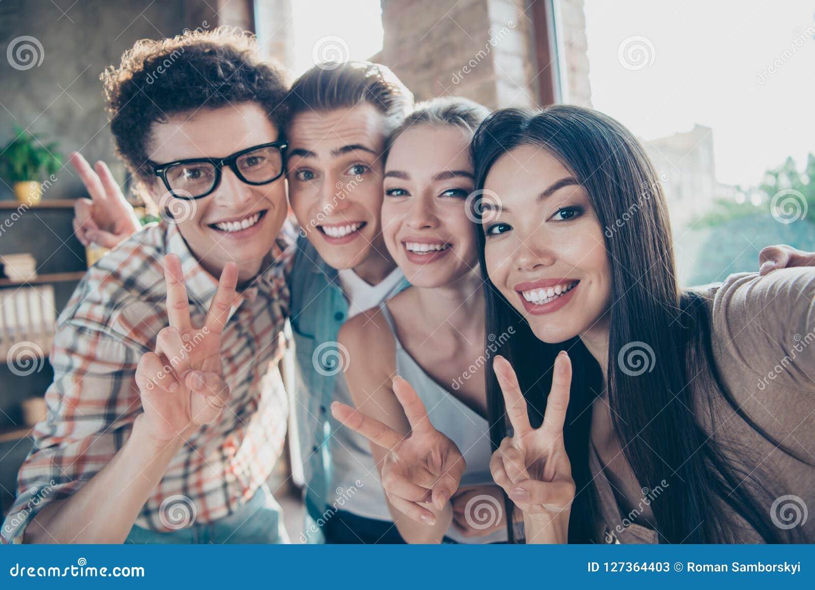 Selbstporträt von vier netten frohen entzückenden Leuten, hübsches Ne