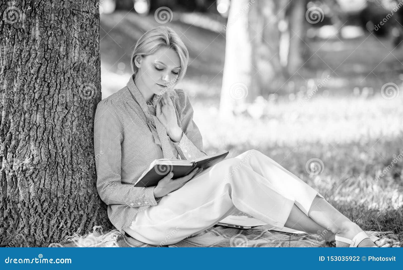 Selbstverbesserungsbuch Gesch?ftsdame finden Minute, um Buch zu lesen, ihr Wissen zu verbessern M?dchenmageres auf Baumwann herei