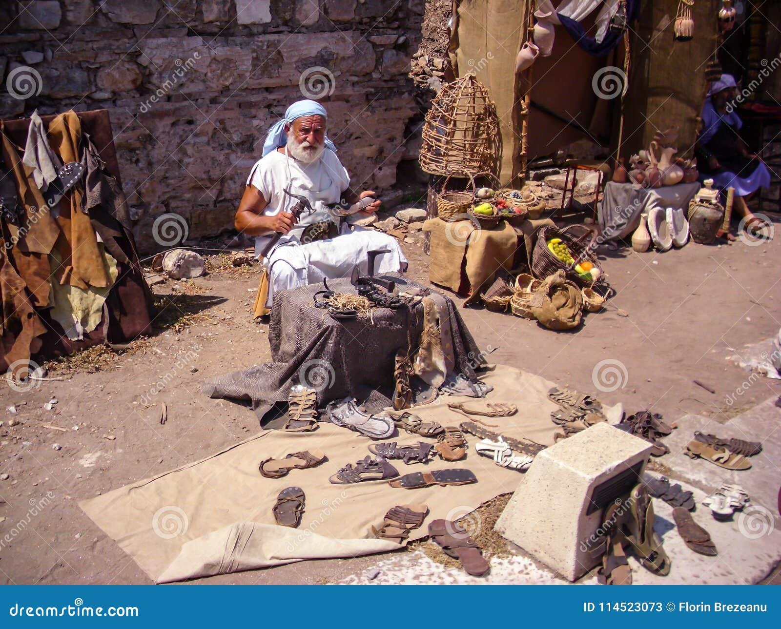 Selcuk Turcja, Czerwiec, - 18 2012: Aktor pozuje jako starego rzemieślnika obuwiany producent w Ephesus Antycznym mieście, blisko