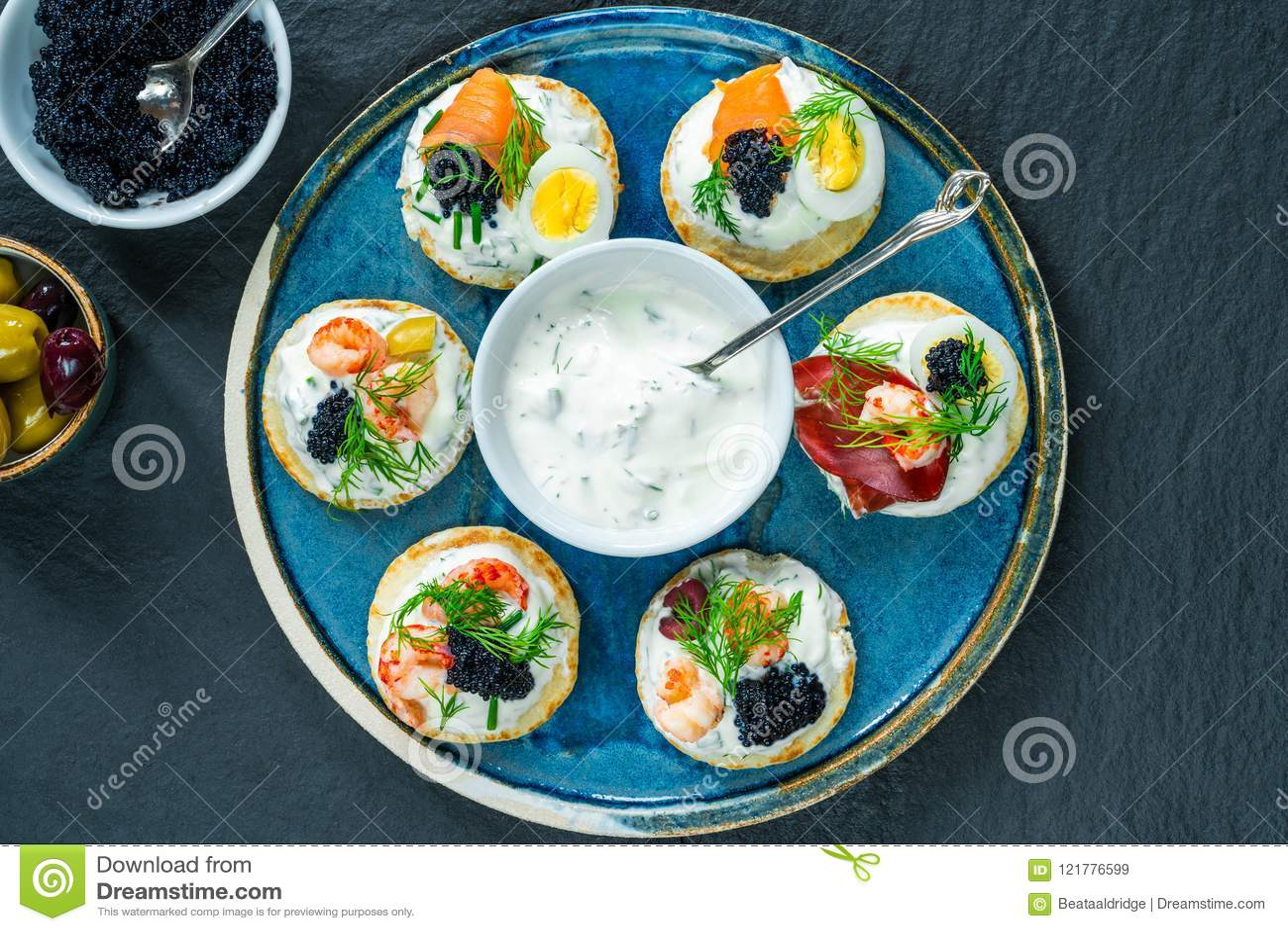 Seleção de blinis do cocktail - alimento gourmet do partido