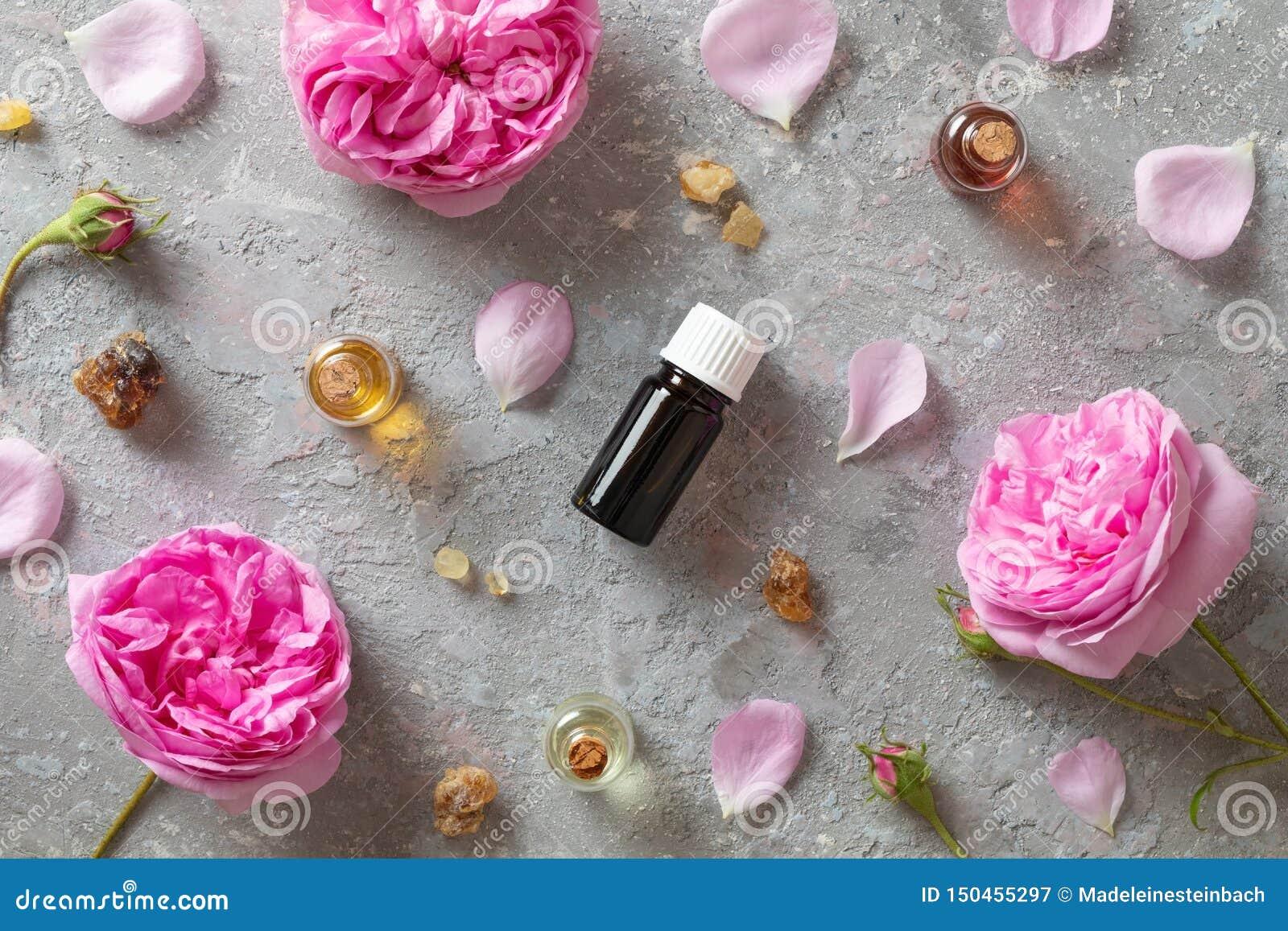 Selección de aceites esenciales con el incienso y la rosa del mai