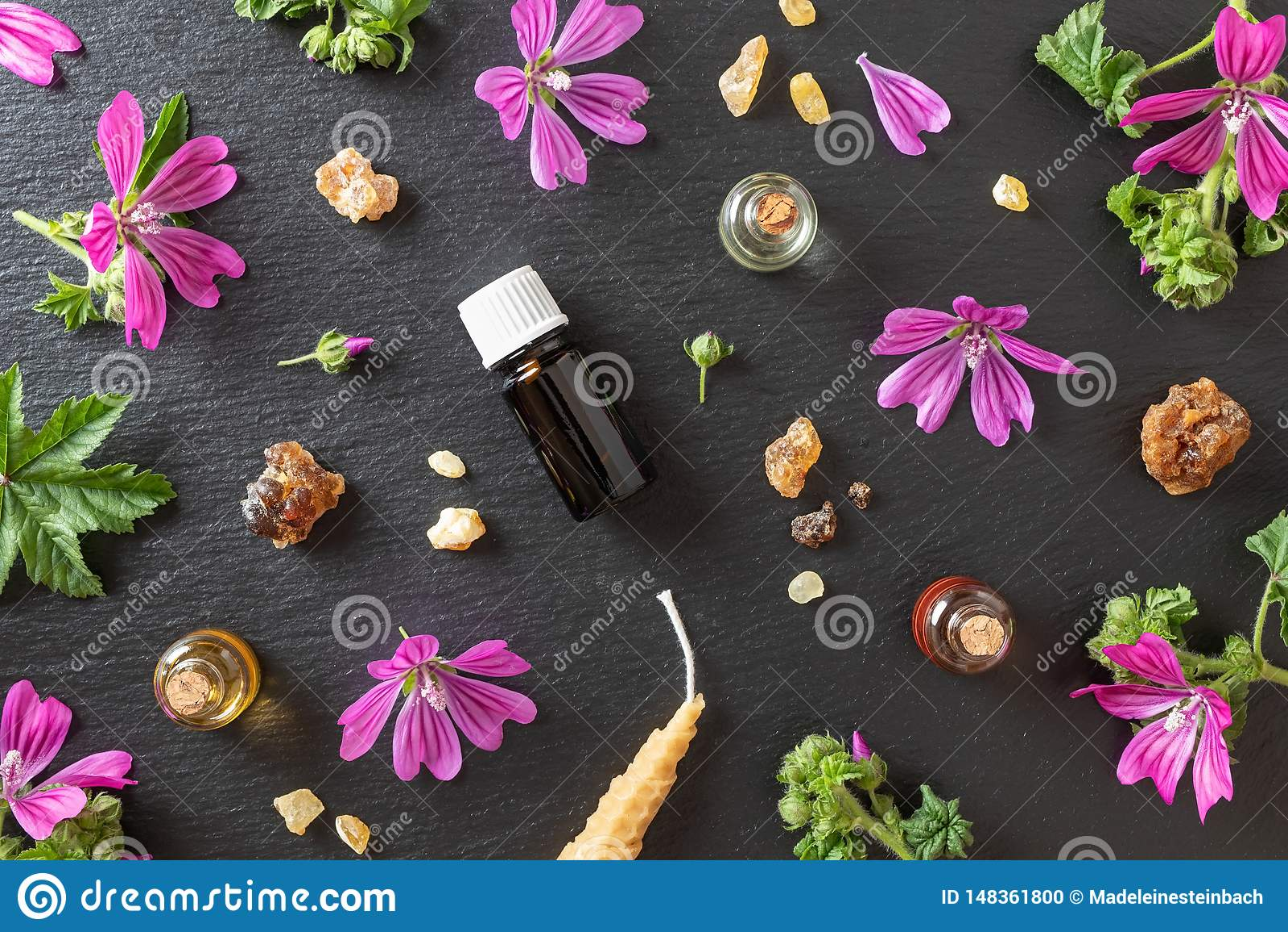 Selecci?n de aceites esenciales con mirra, incienso y flores frescas de la malva