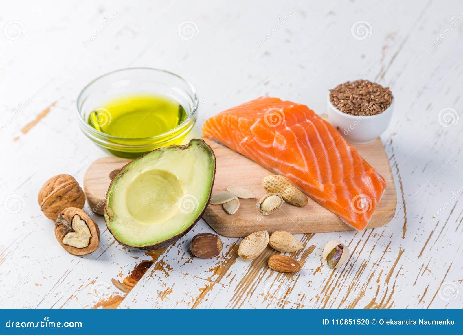 Selección de buenas fuentes gordas - concepto sano de la consumición Concepto quetogénico de la dieta
