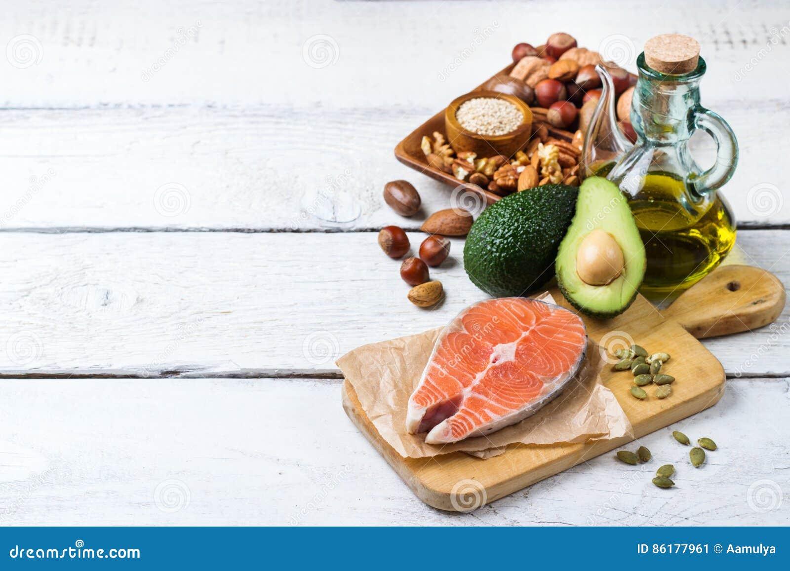 Selección de comida gorda sana de las fuentes, concepto de la vida