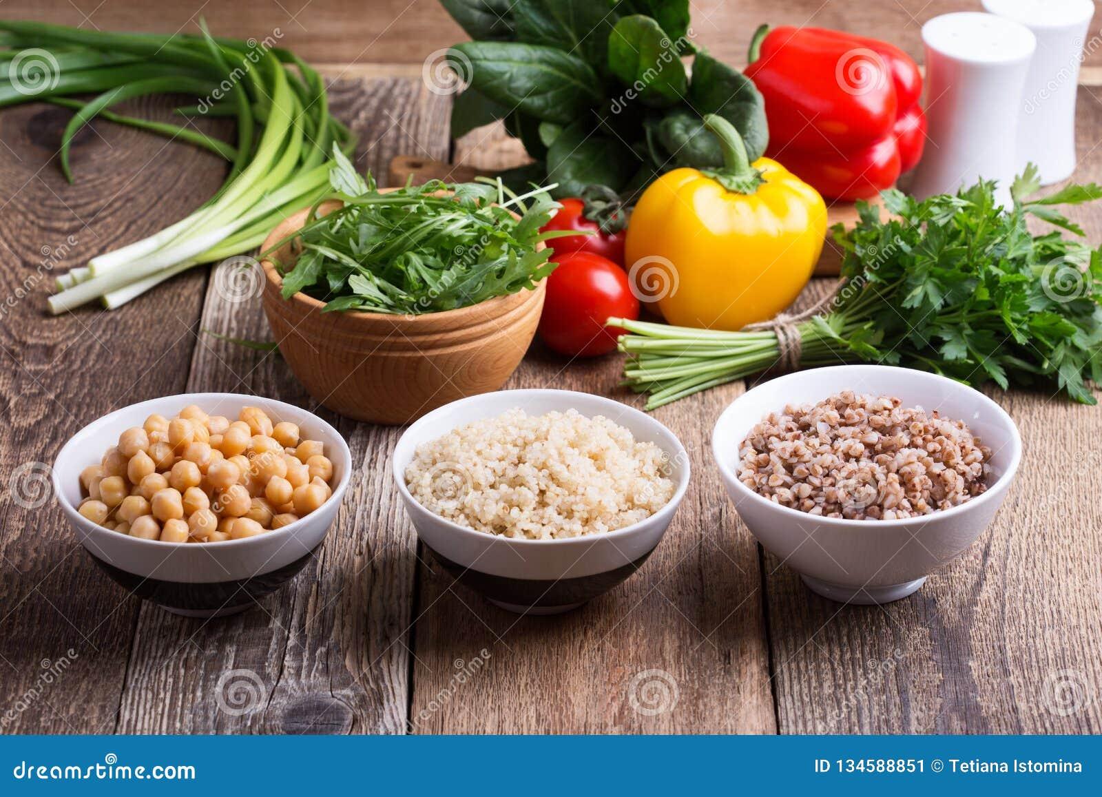 Selección de verduras frescas y cereal, granos y legumbre cocinados