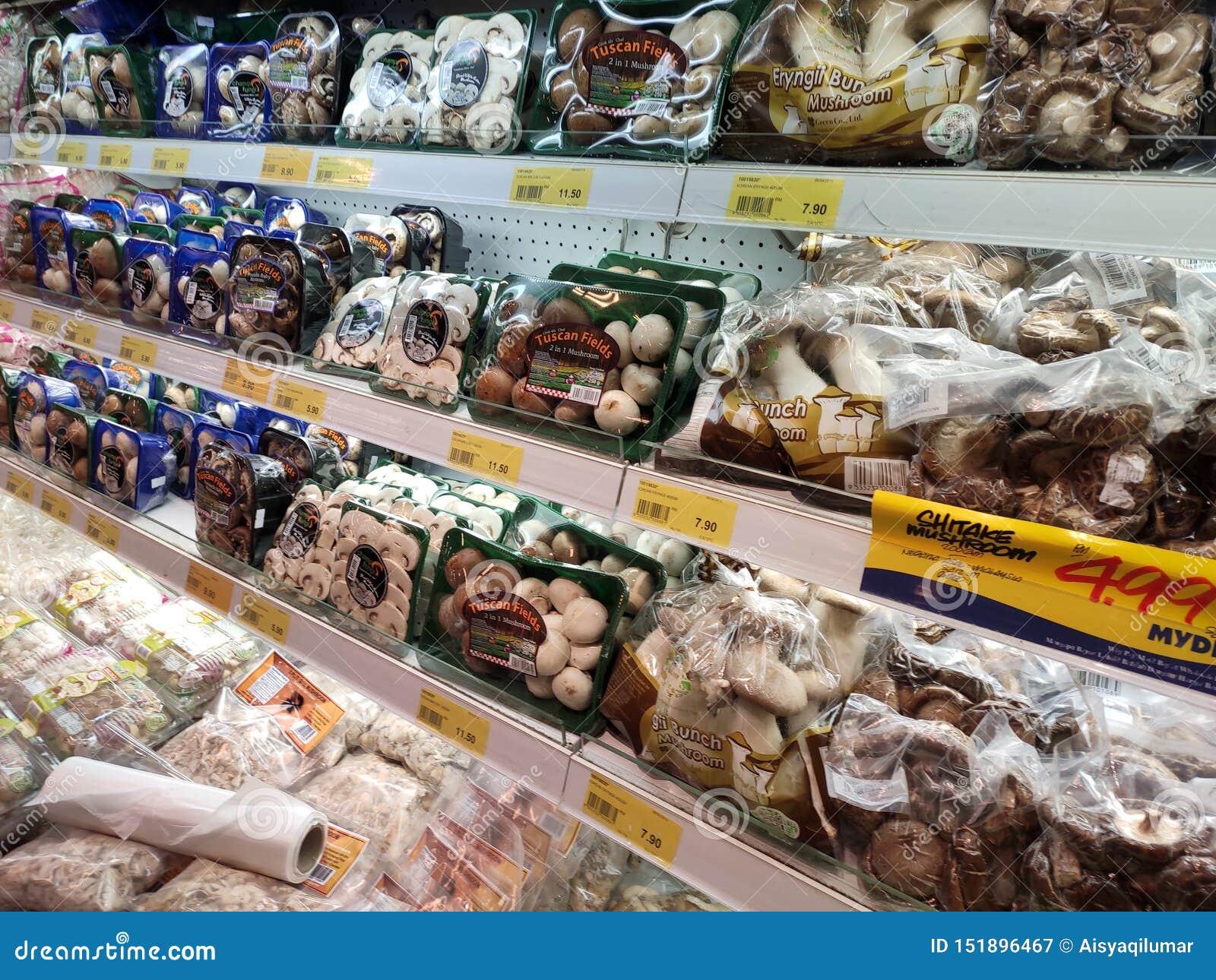 Selecionado focalizado de vários tipos de cogumelos foram empacotados bem e exibidos para a venda