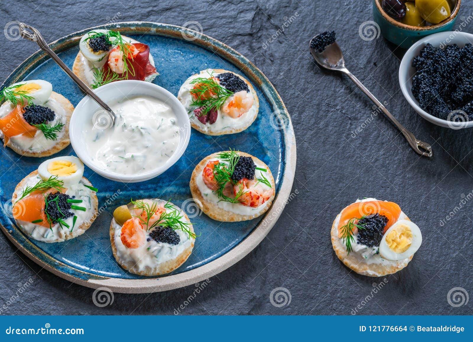 Selectie van cocktailblinis - gastronomisch partijvoedsel