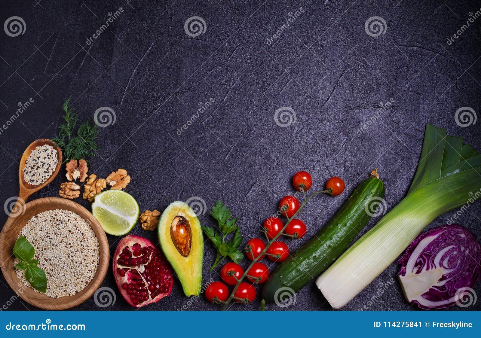 Selectie van gezond voedsel Voedselachtergrond: quinoa, granaatappel, kalk, groene erwten, bessen, avocado, noten en olijfolie