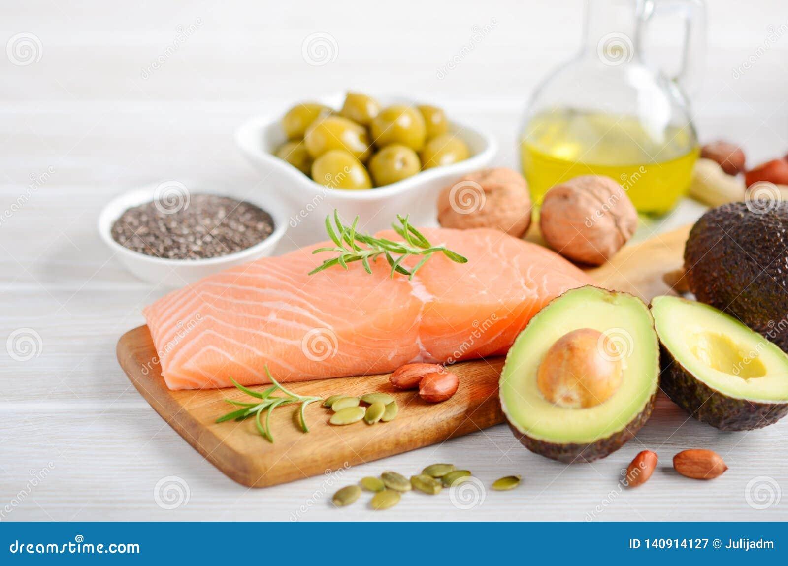 Selectie van gezonde onverzadigde vetten, Omega 3 - vissen, avocado, olijven, noten en zaden