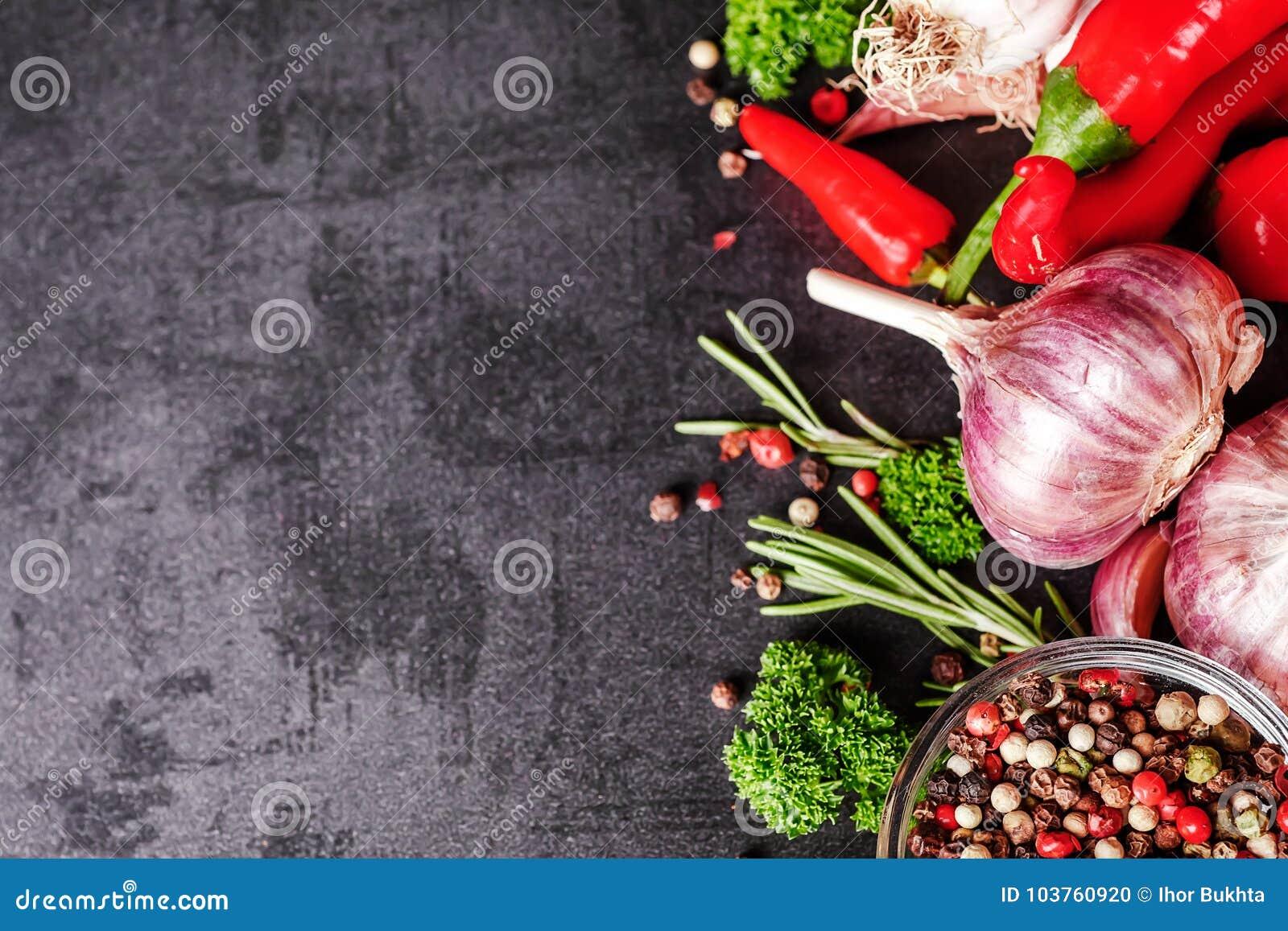 Selectie van kruidenkruiden en greens Ingrediënten voor het koken Voedselachtergrond op zwarte leilijst