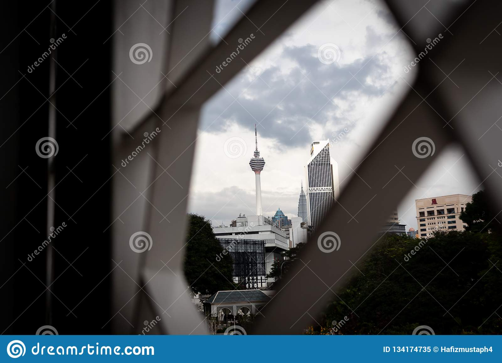 Selectieve die nadruk van Kuala Lumpur Tower door modern ornamentontwerp wordt ontworpen