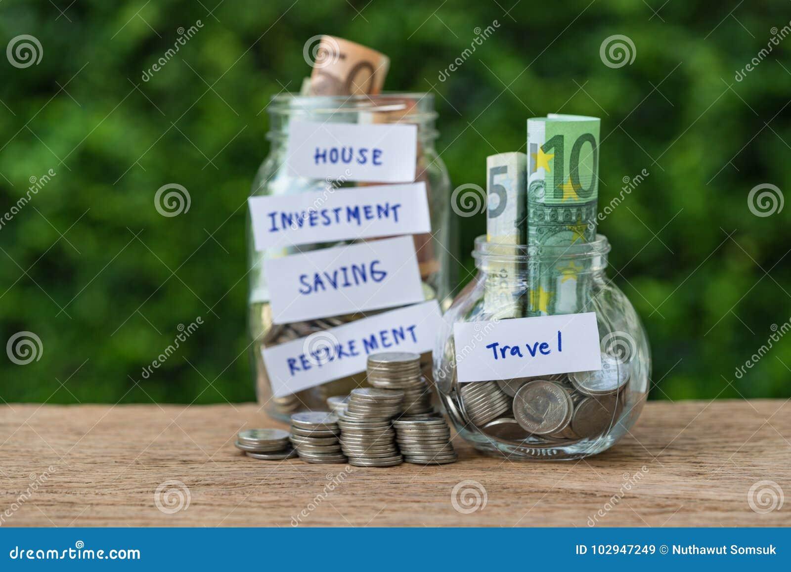 Selectieve nadruk op flessenkruik met hoogtepunt van muntstukken en bankbiljetla