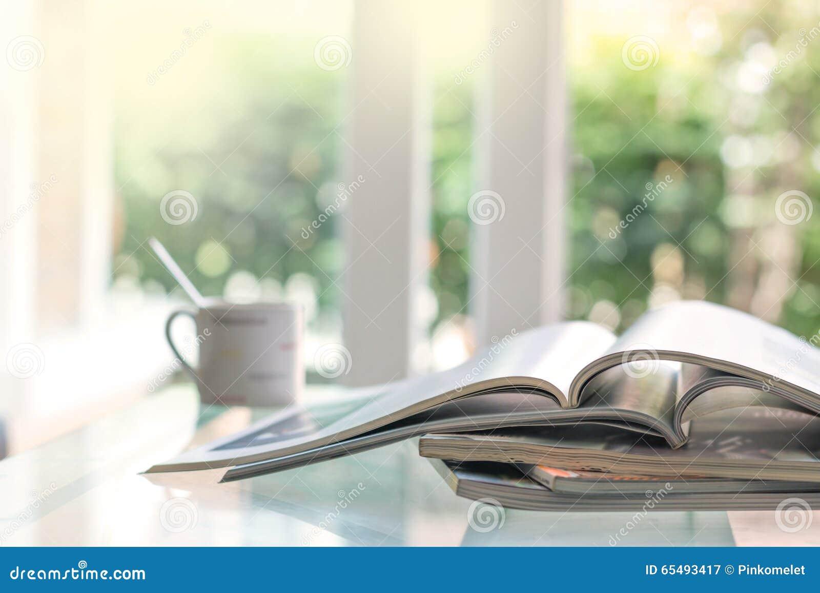 Selectieve nadruk van het stapelen van tijdschriftplaats op lijst in het leven ro