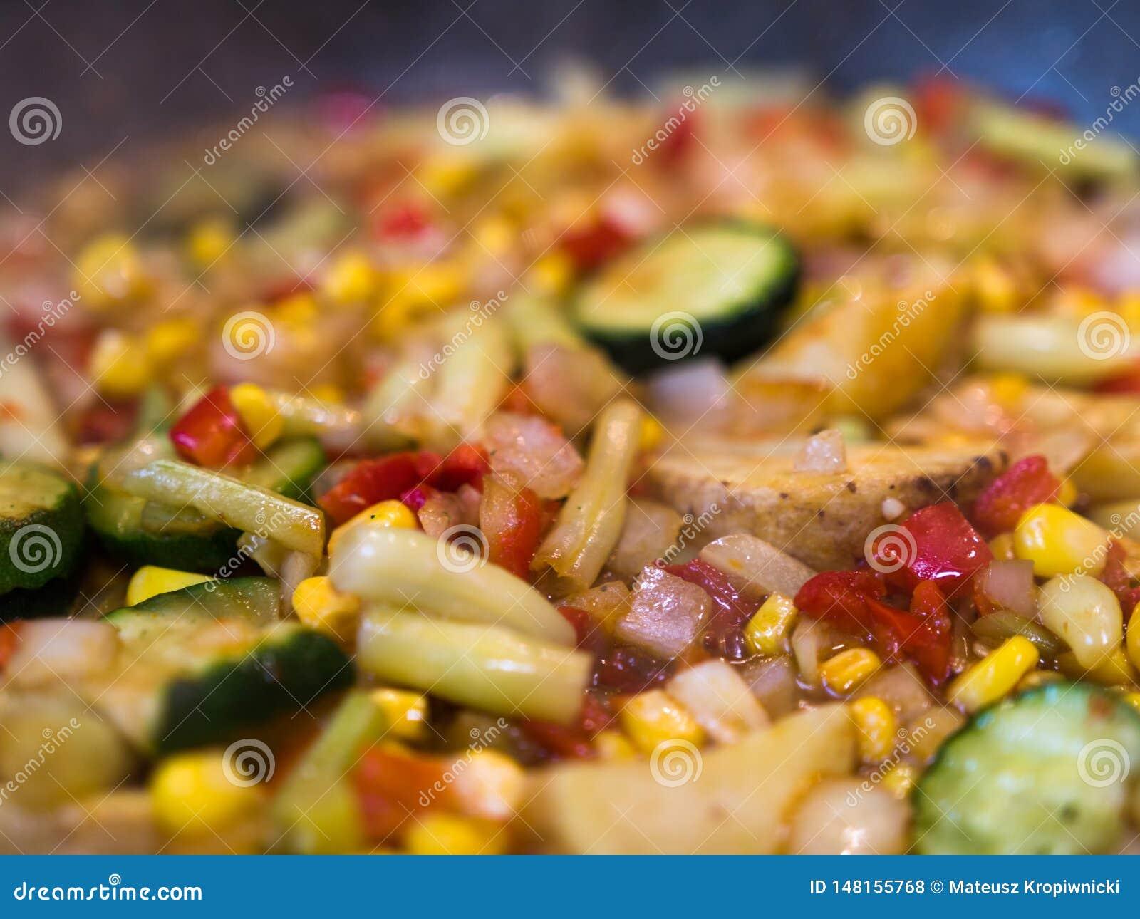 Selekcyjna ostrość kolorowi warzywa miesza przygotowywającego na smażyć nieckę