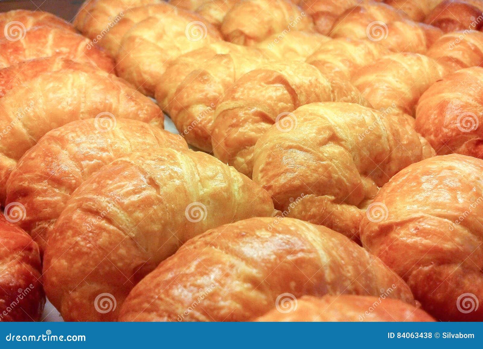 Selekcyjna ostrość zakończenie rzędu Up Well Układa Croissants