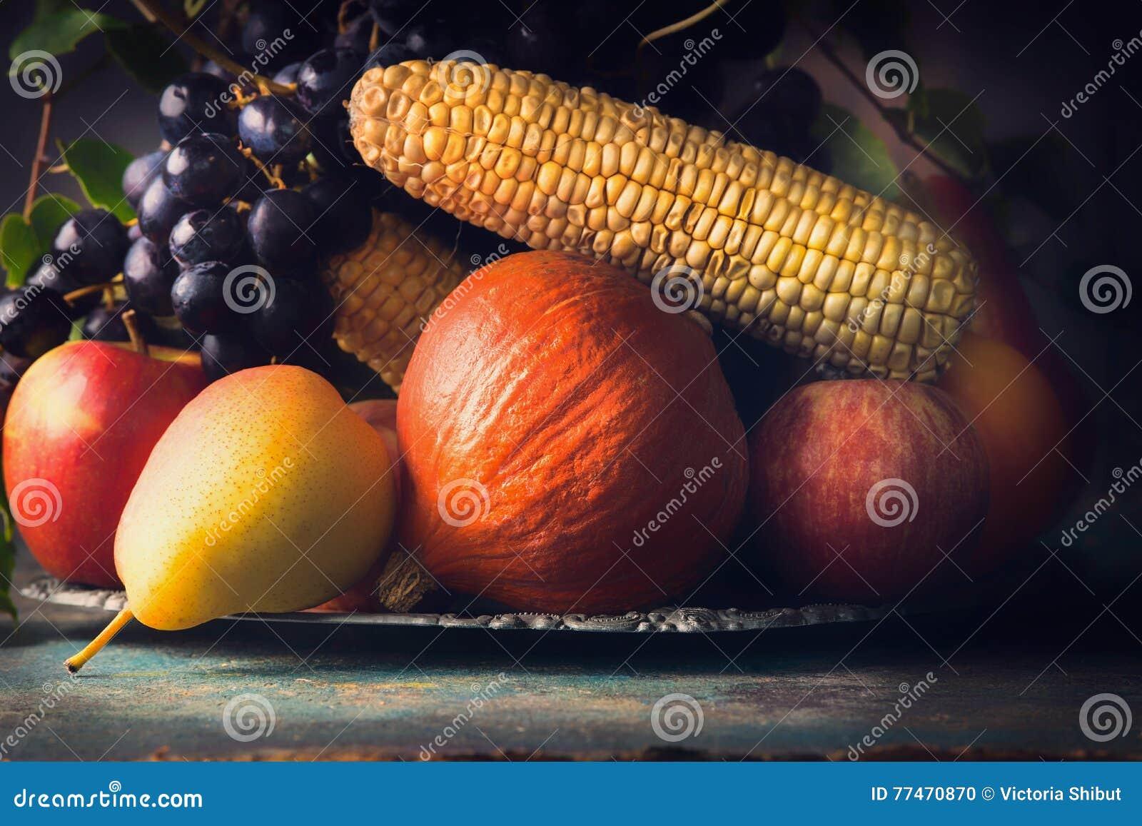 Selektiv fokus för stark konst Nedgångfrukter och grönsaker på det mörka lantliga köksbordet