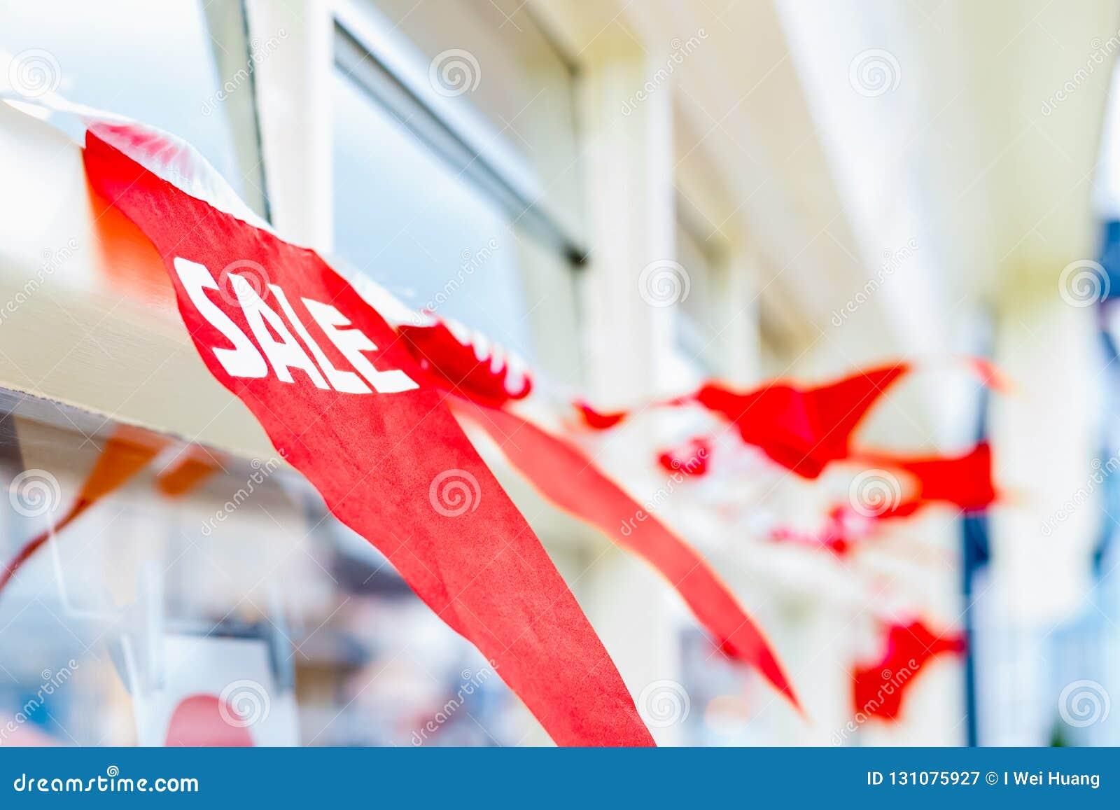 Selektiver Fokus, Verkaufsflagge außerhalb eines Geschäftes