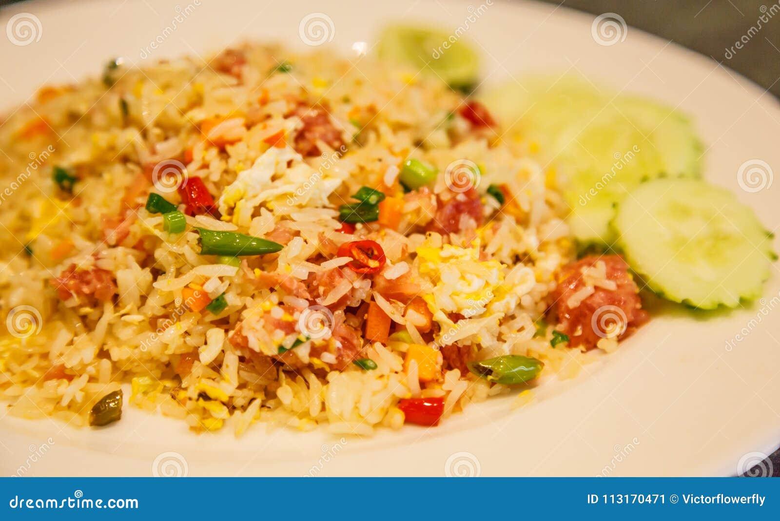 Selektives fokussiertes Küche-Tellermenü der Nahaufnahme asiatisches thailändisches: thailändischer gegorener gebratener Reis des
