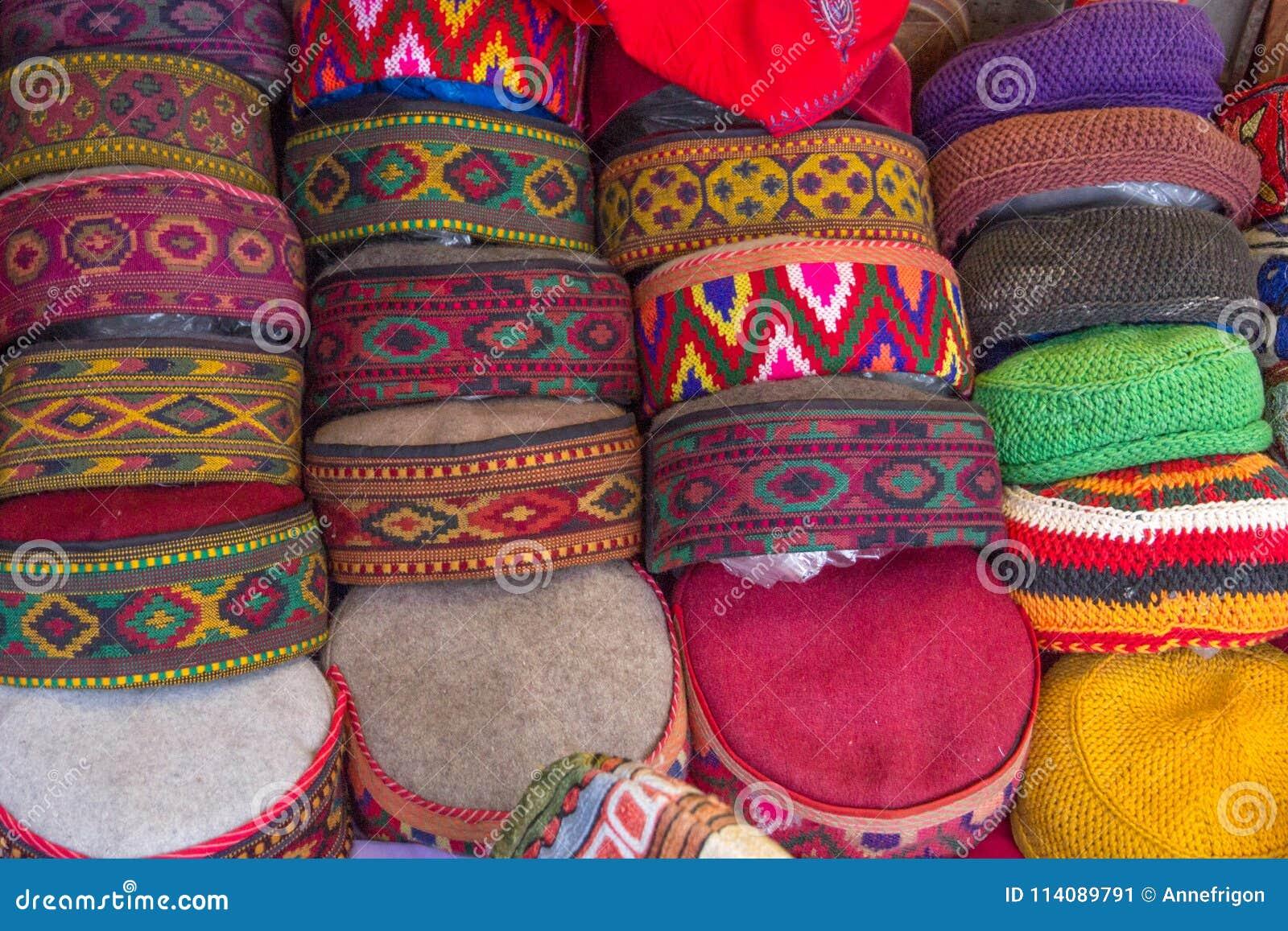 Selezione dei cappelli tradizionali da vendere, Manali, India del Nord