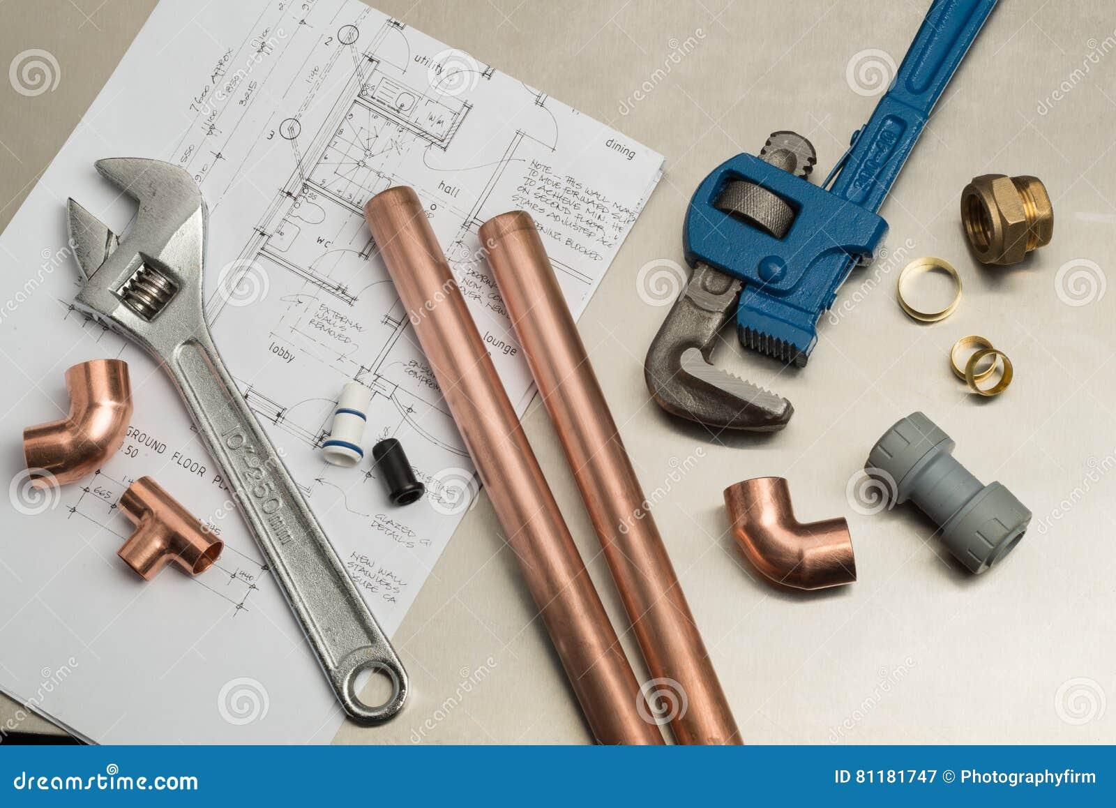 Selezione di strumenti degli idraulici e materiali dell impianto idraulico