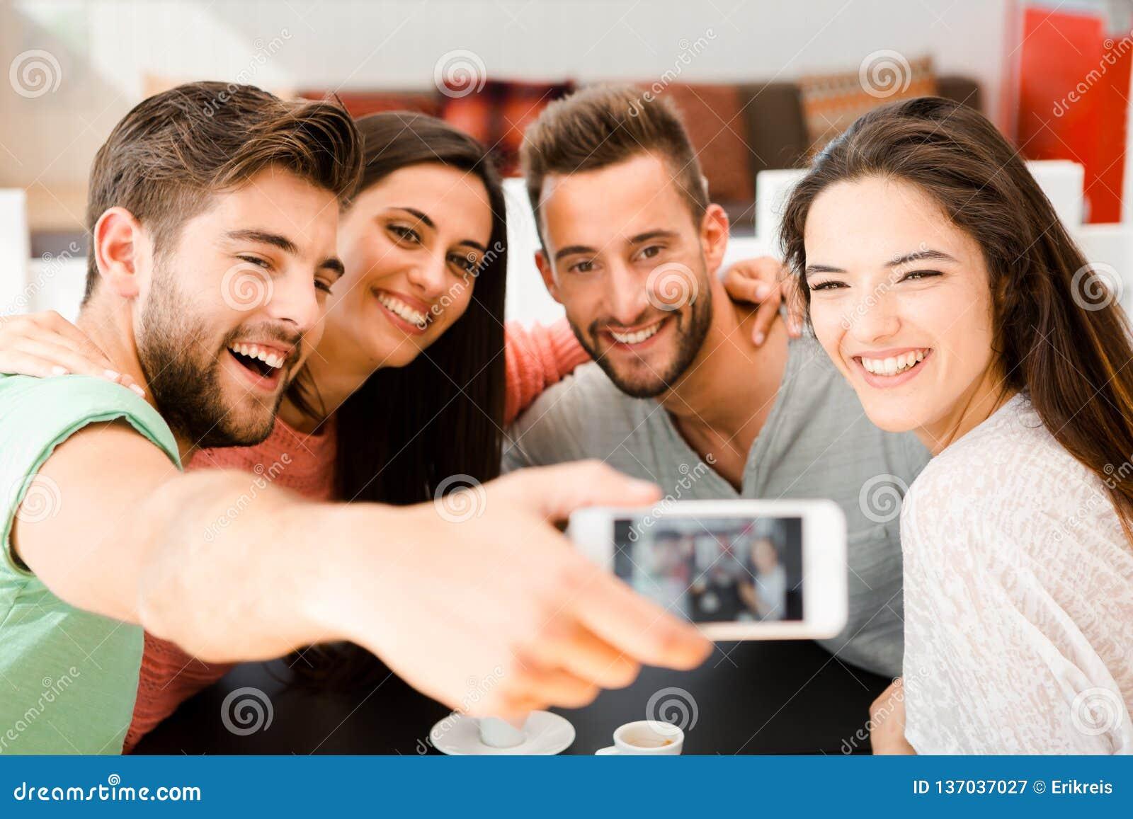 Selfie группы на кофейне
