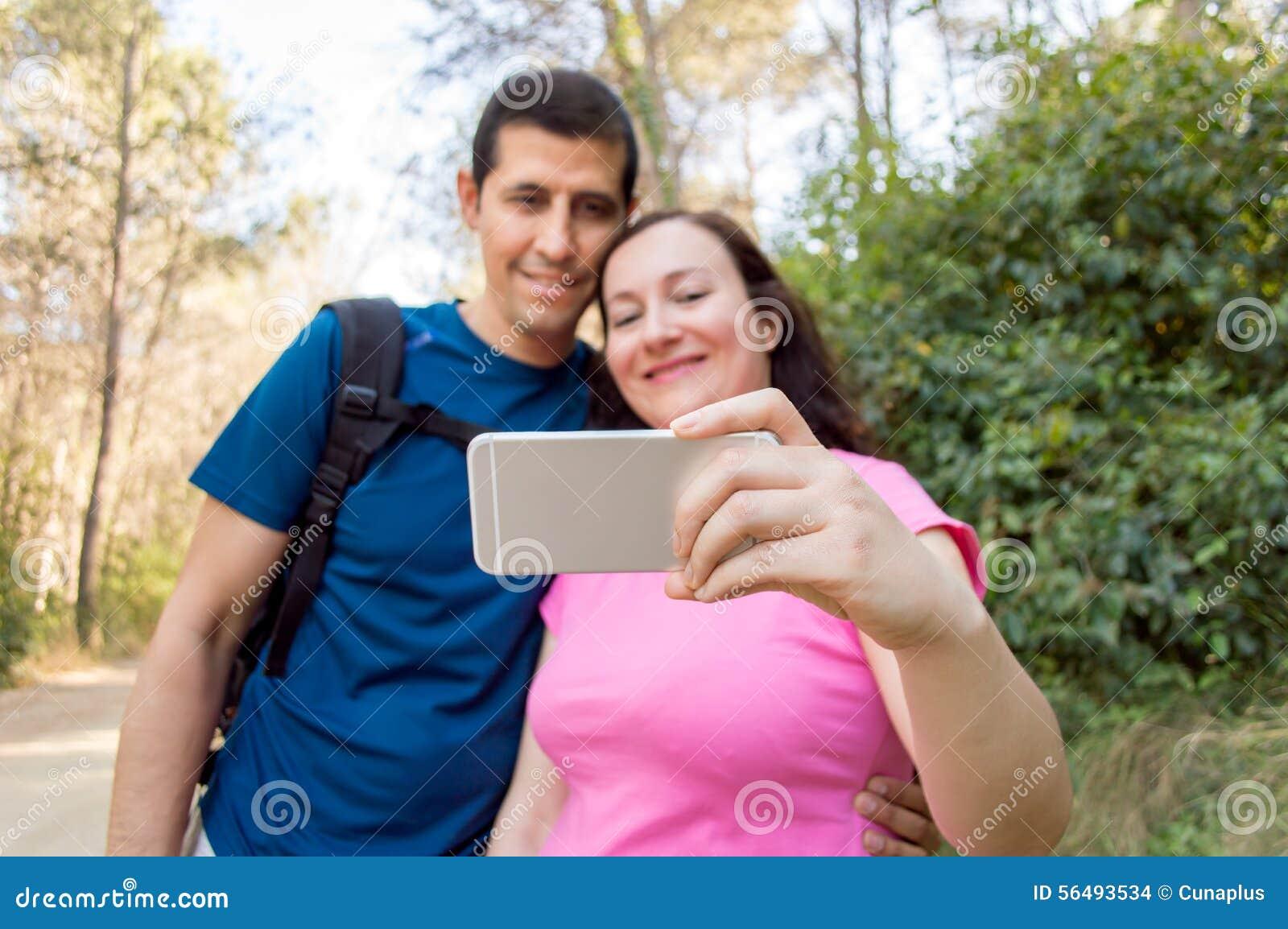 Selfie пар имея потеху в лесе