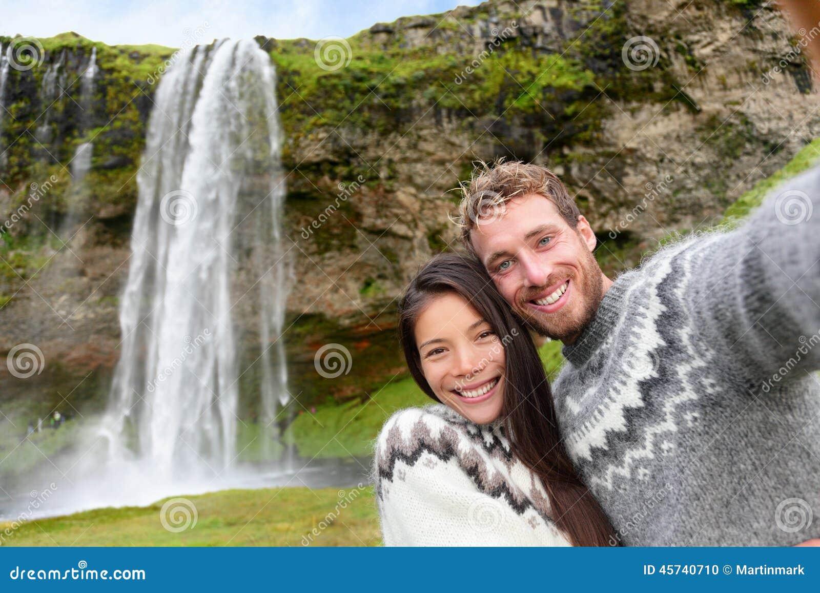 Selfie пар Исландии нося исландские свитеры
