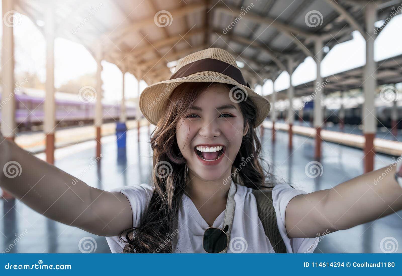 Selfie-портрет конца-вверх привлекательной девушки с длинной стойкой волос