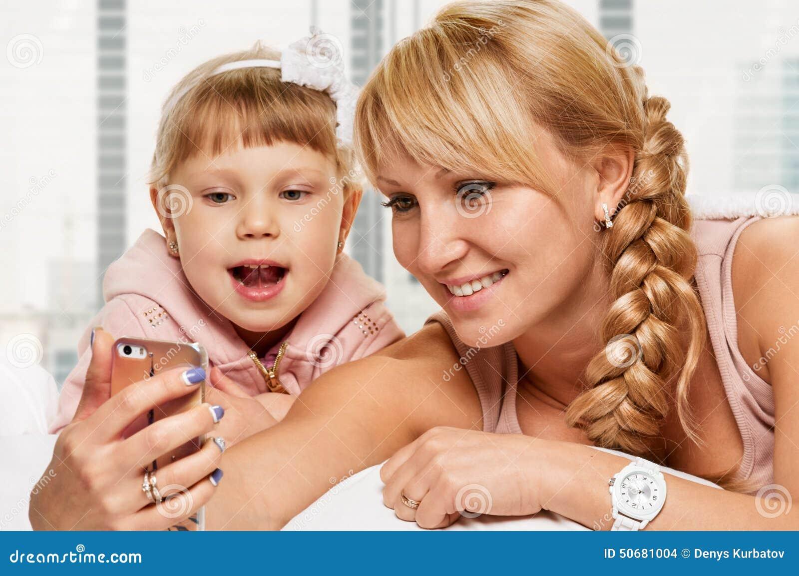 Download Selfie画象 库存照片. 图片 包括有 移动, 女儿, 枕头, 系列, 快乐, 孩子, 乐趣, 现有量 - 50681004